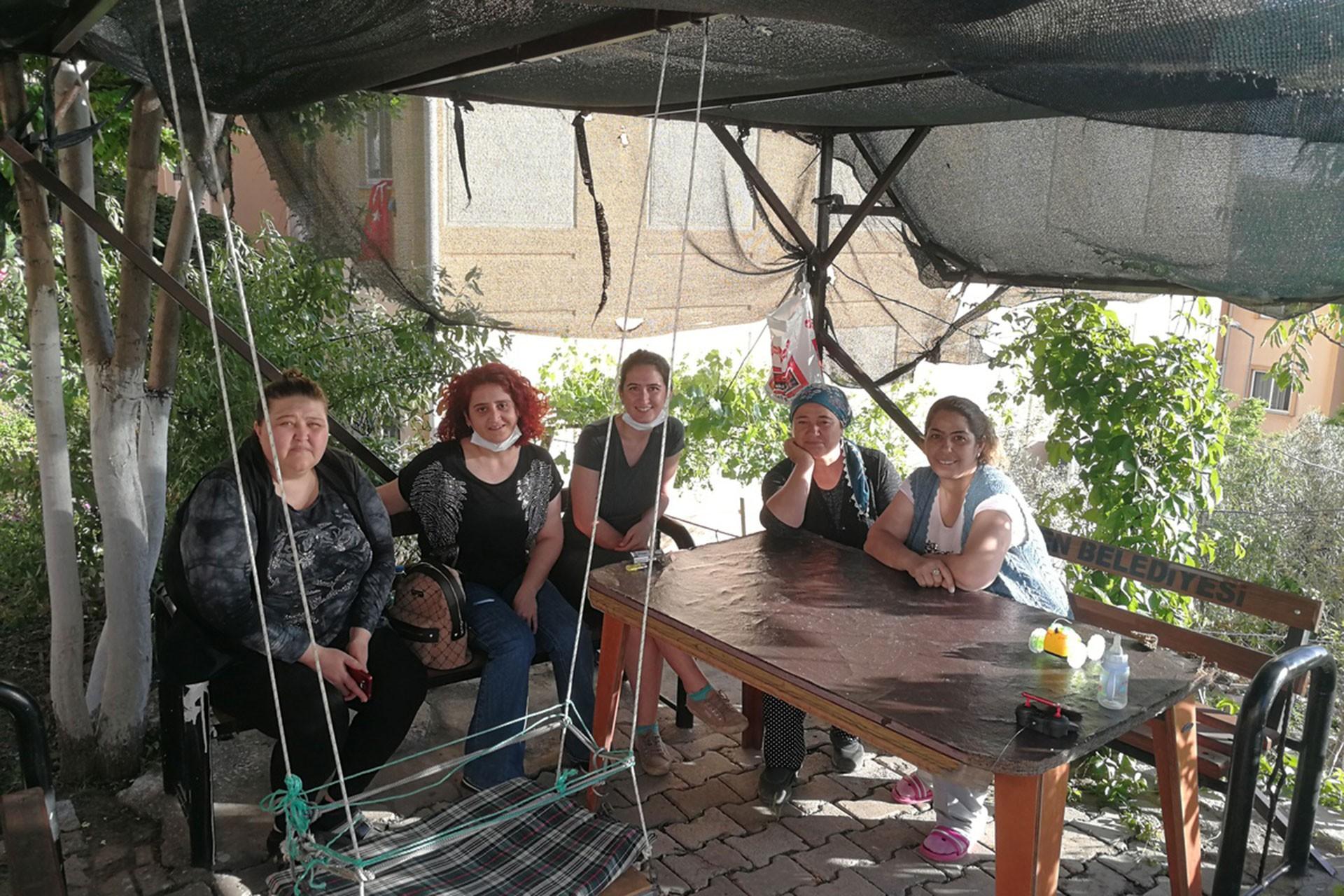 Menemen TOKİ'de oturan kadınlar