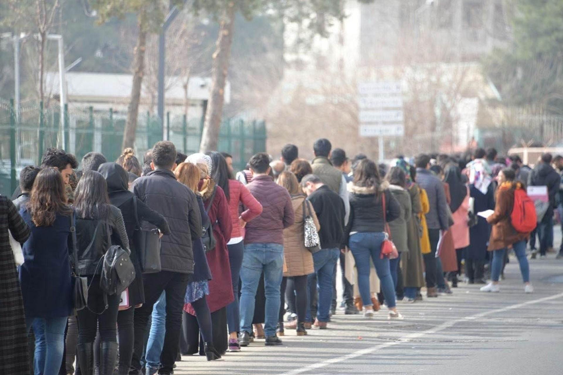Kuyrukta bekleyen öğrenciler