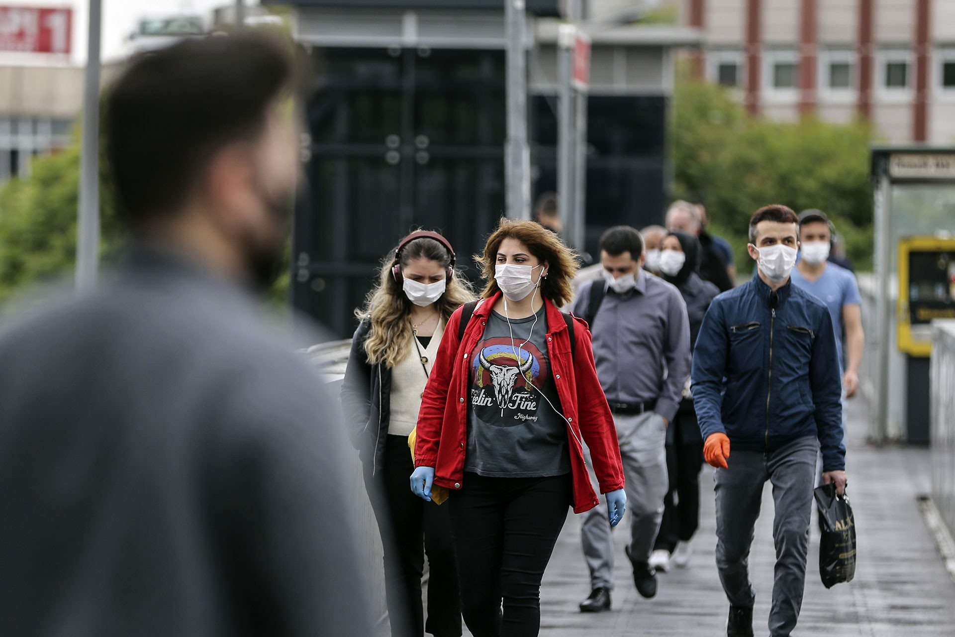 Maskeli yürüyen insanlar