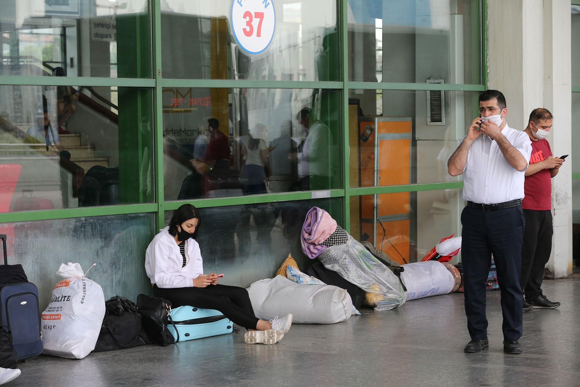 Otobüs terminalinde bekleyen yolcular