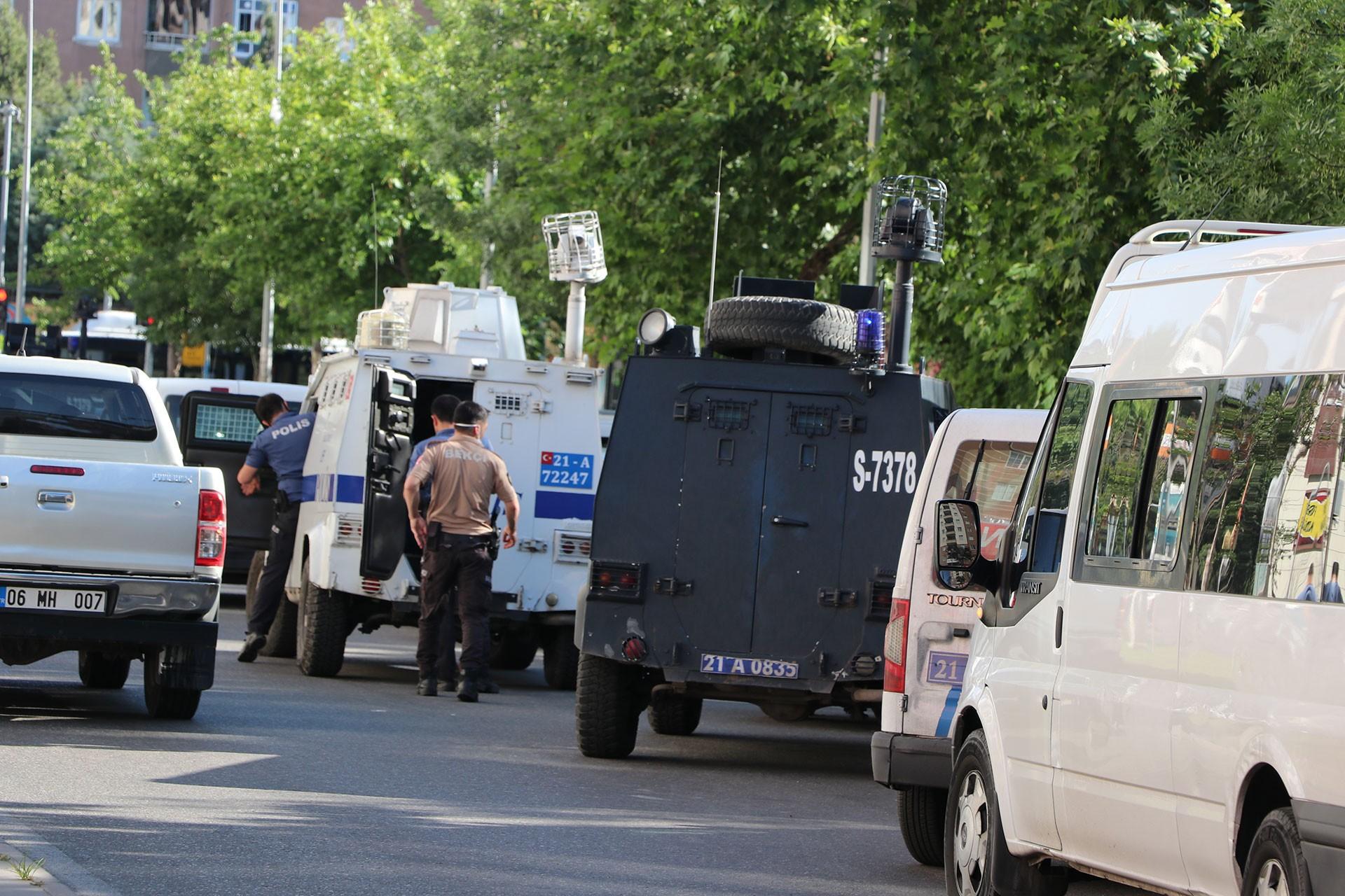 Özel harekat polislerinin operasyon yaptığı yer, sağda akrep tipi askeri araç
