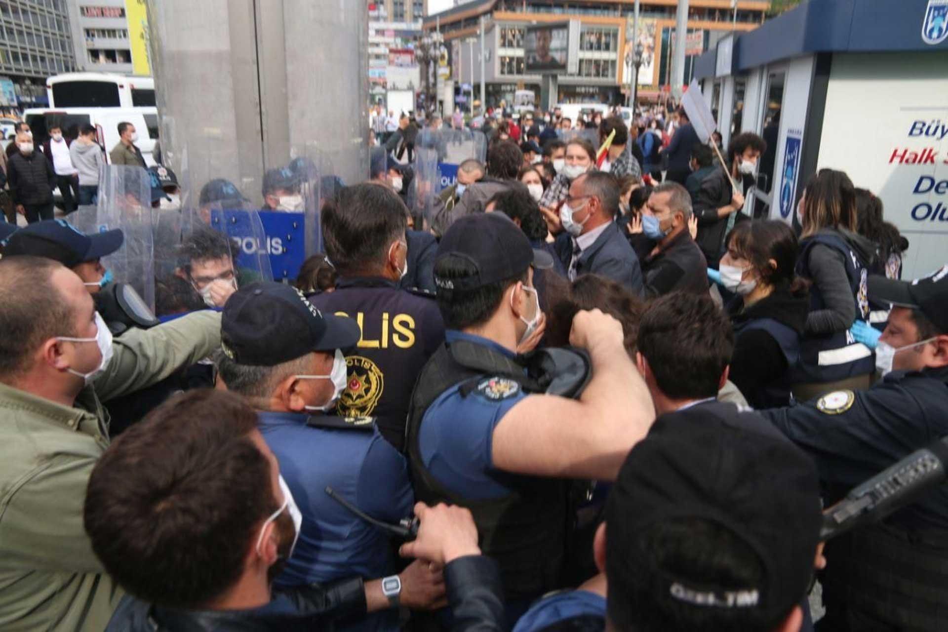 Ankara'da Ethem SArısülük için yapılan anmada polis vatandaşlara müdahale ediyor.