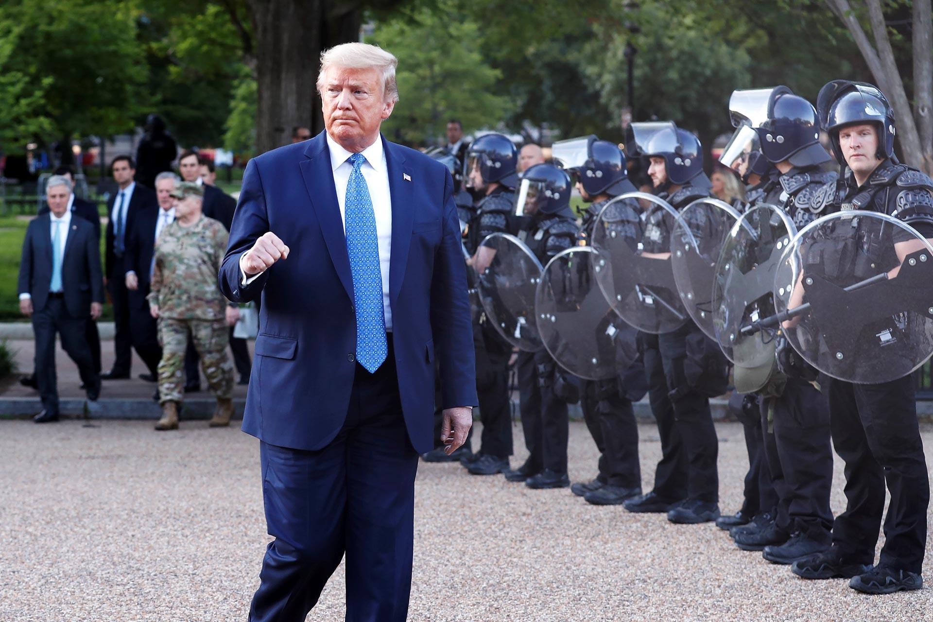 ABD Başkanı Donald Trump, St. Johns Kilisesi'ne elinde tuttuğu İncil ile yürürken.