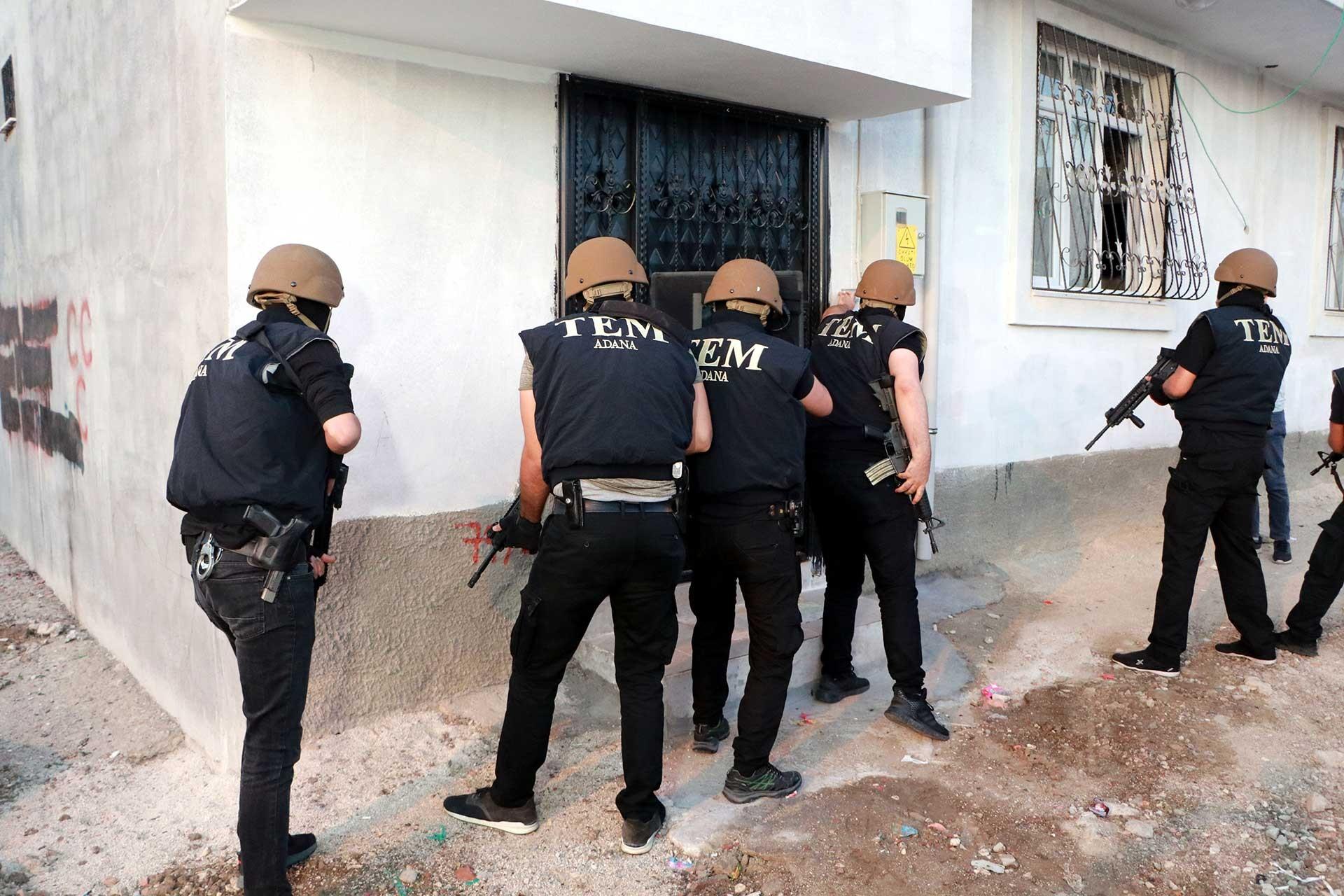 Adana'da TEM polisleri bir eve baskın düzenlerken