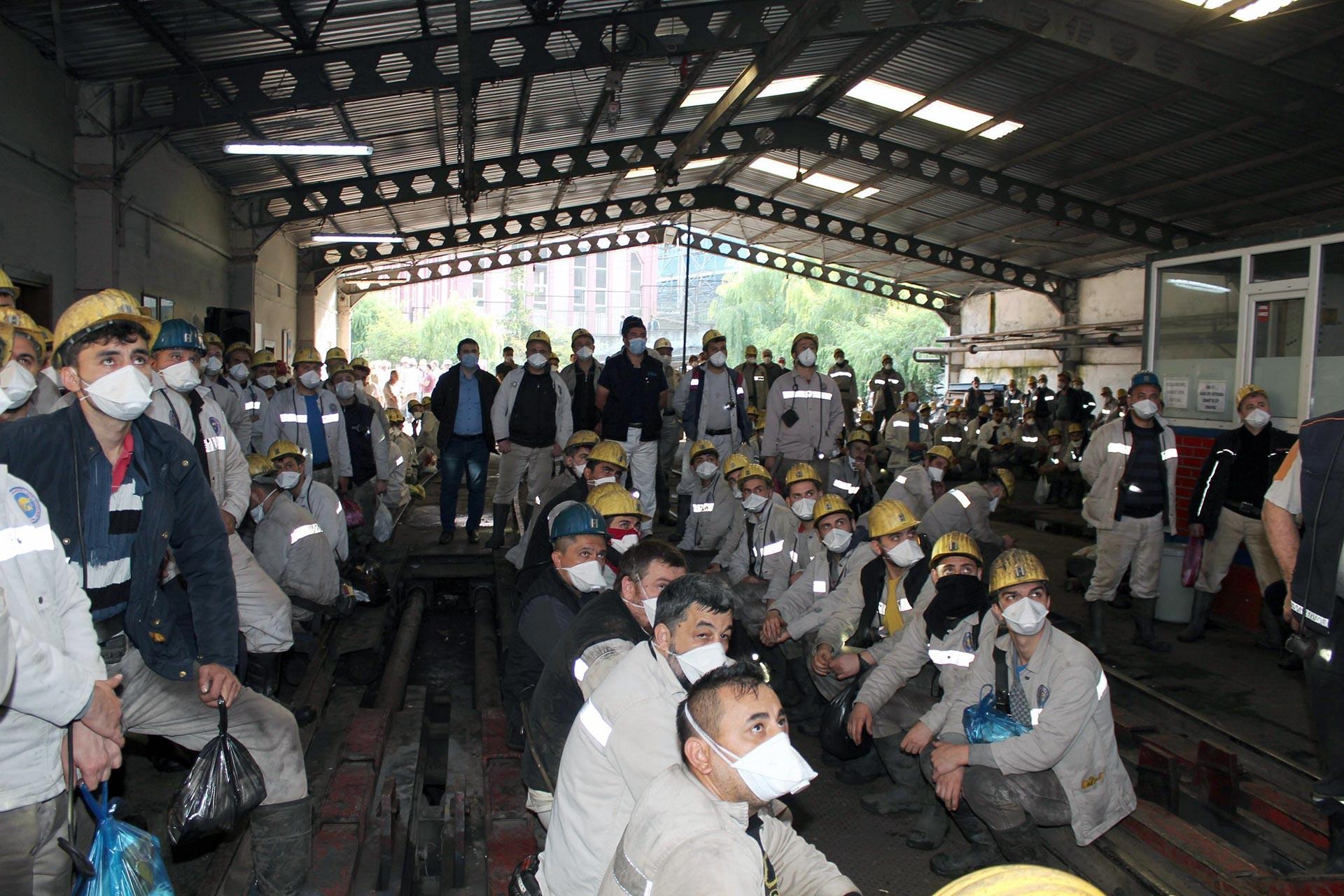Maden birişinde bekleyen işçiler