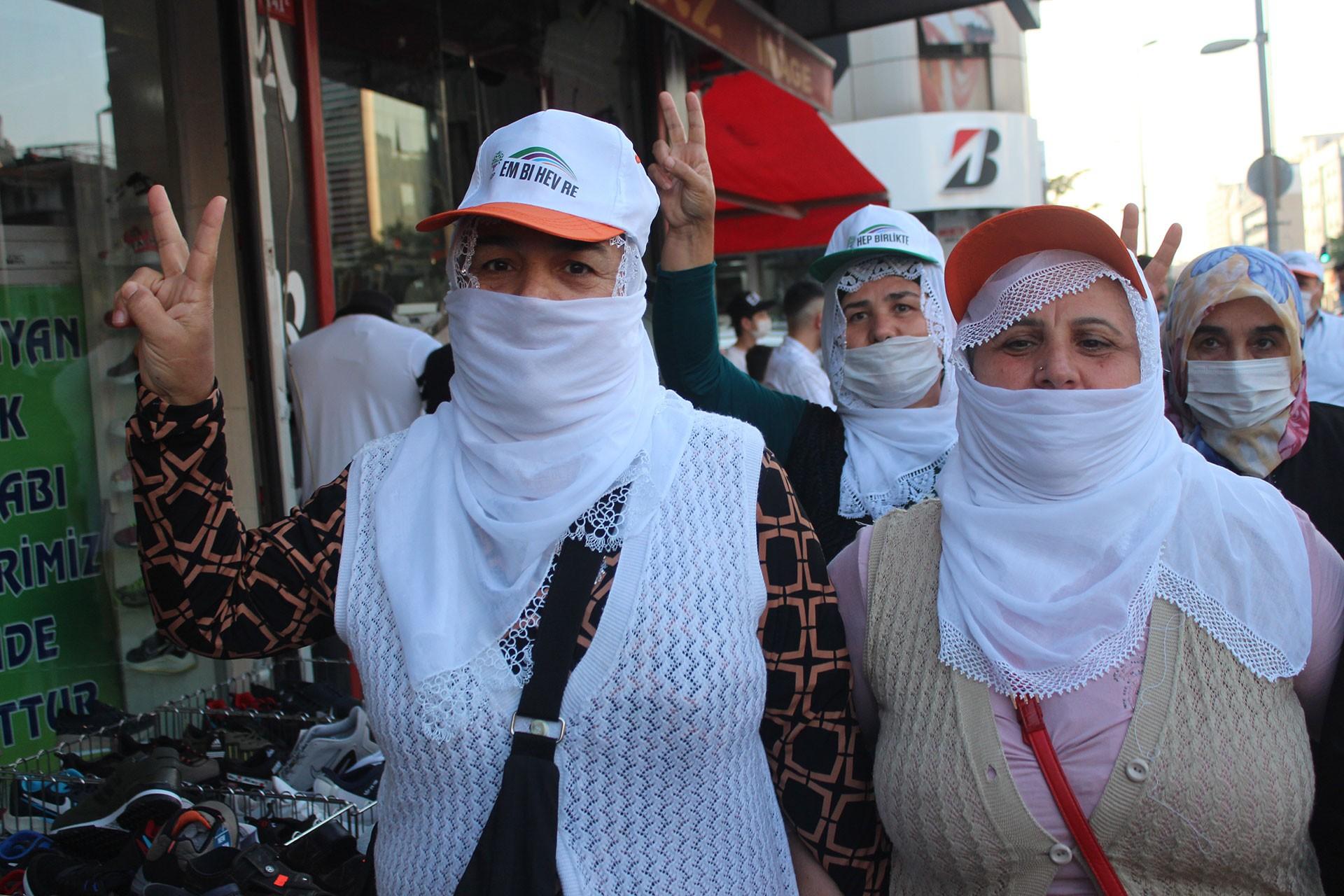 HDP'li kadınlar zafer işareti yapıyor
