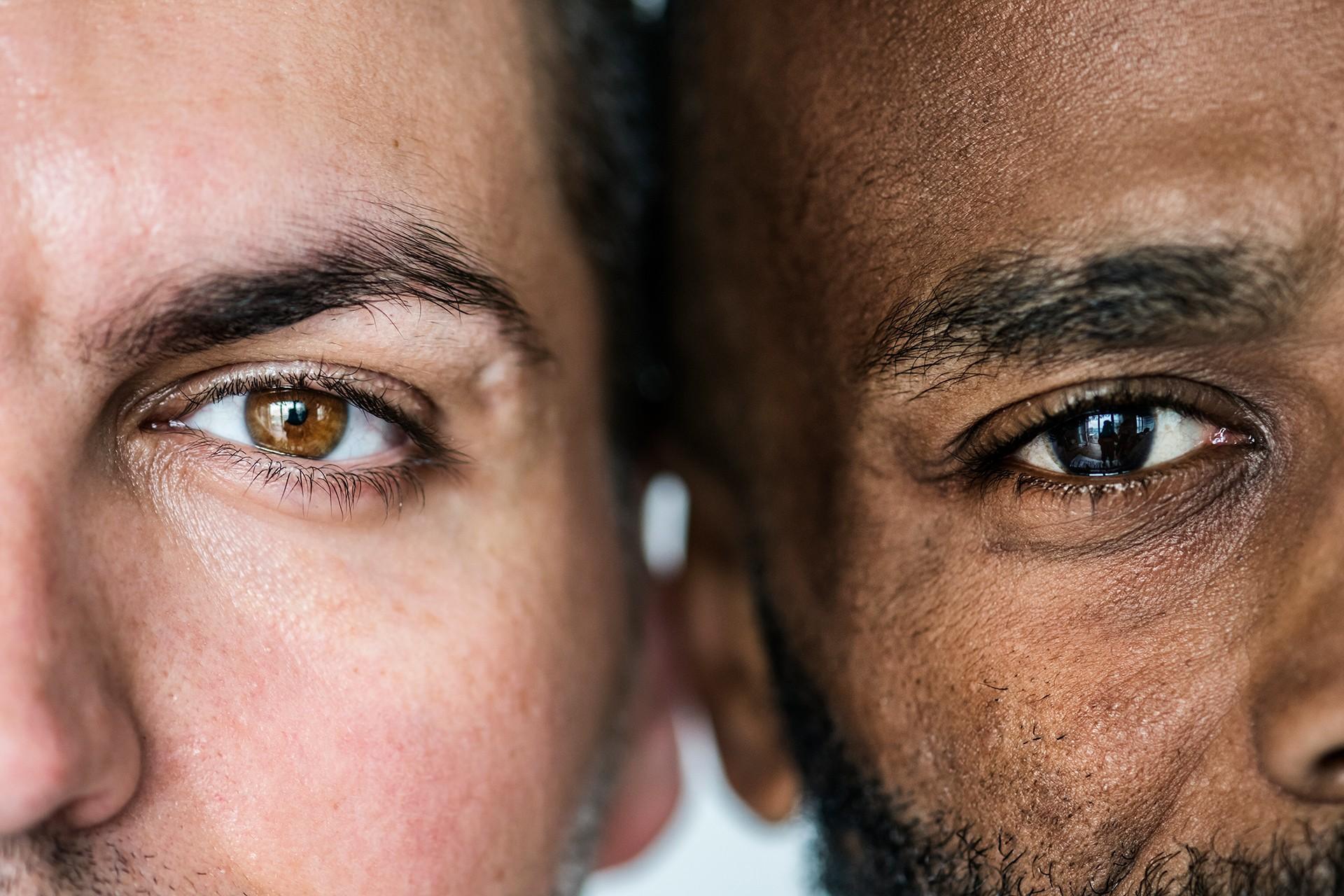 Beyaz ve siyah iki insan yüzü