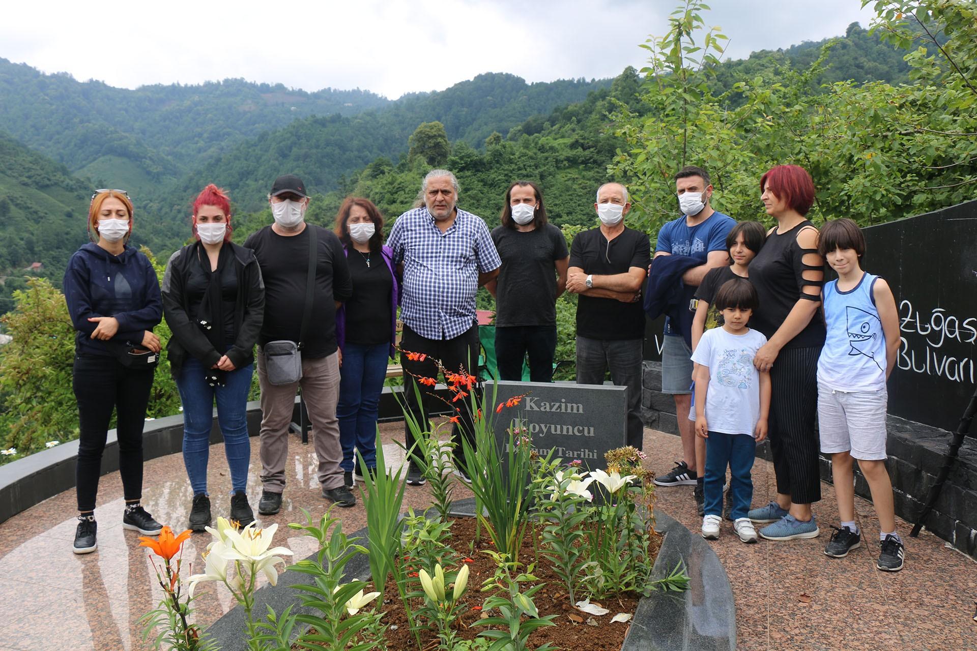 Kazım Koyuncu'nun mezarı başında dostları tarafından anıldı