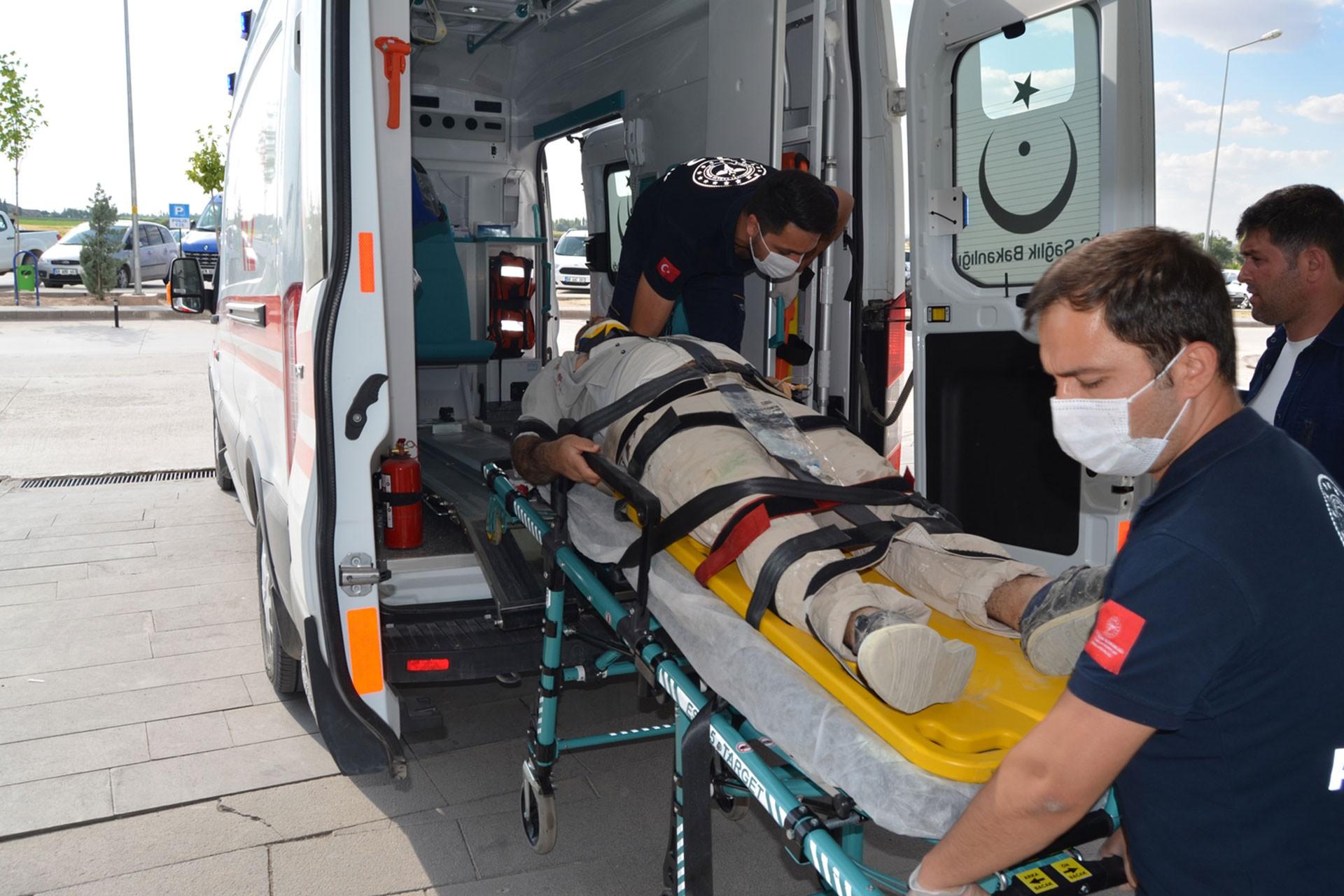 Sedyedeki Mehmet Çetin ambulansa bindiriliyor