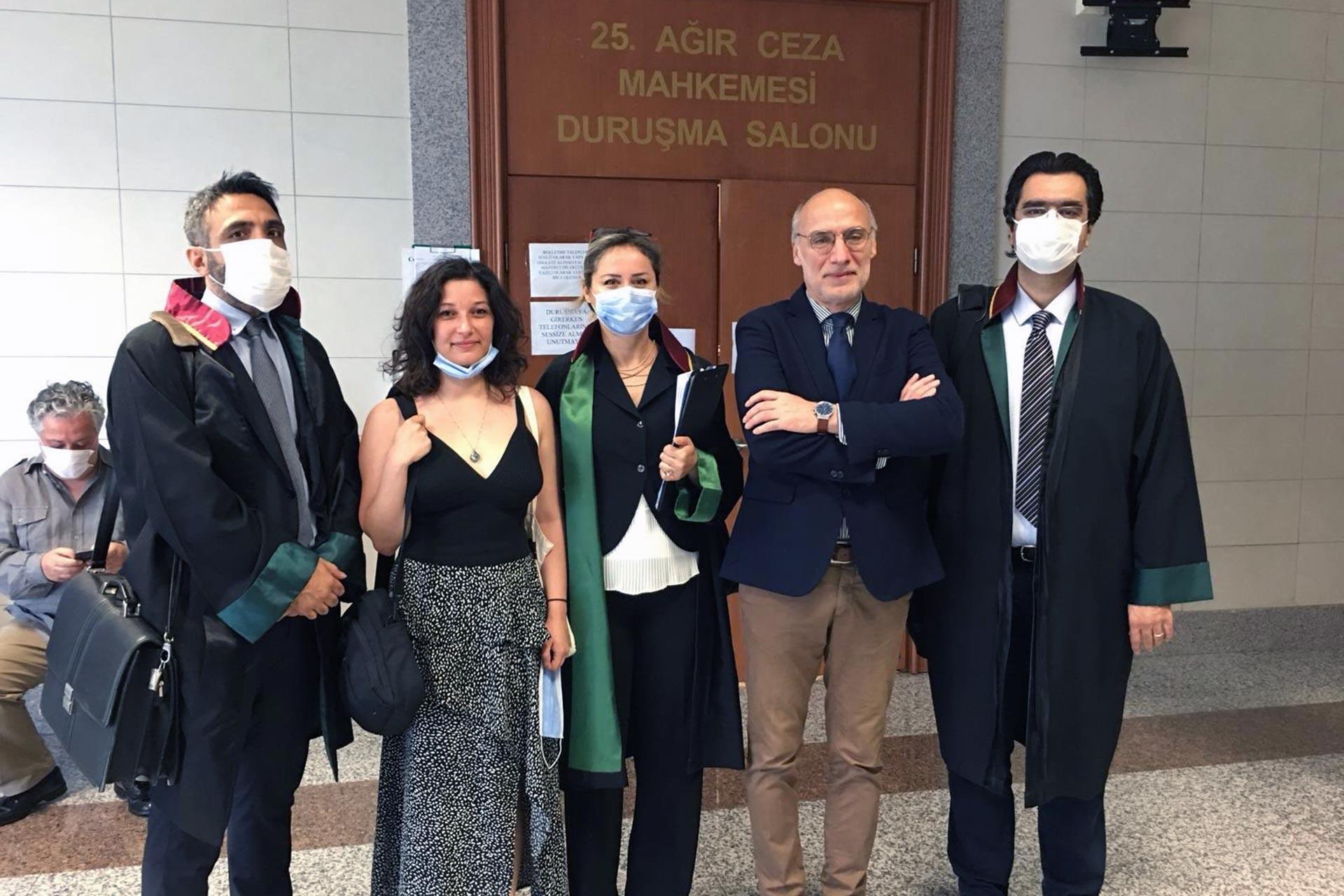 Doğan Akın ve avukatları duruşma salonu önünde