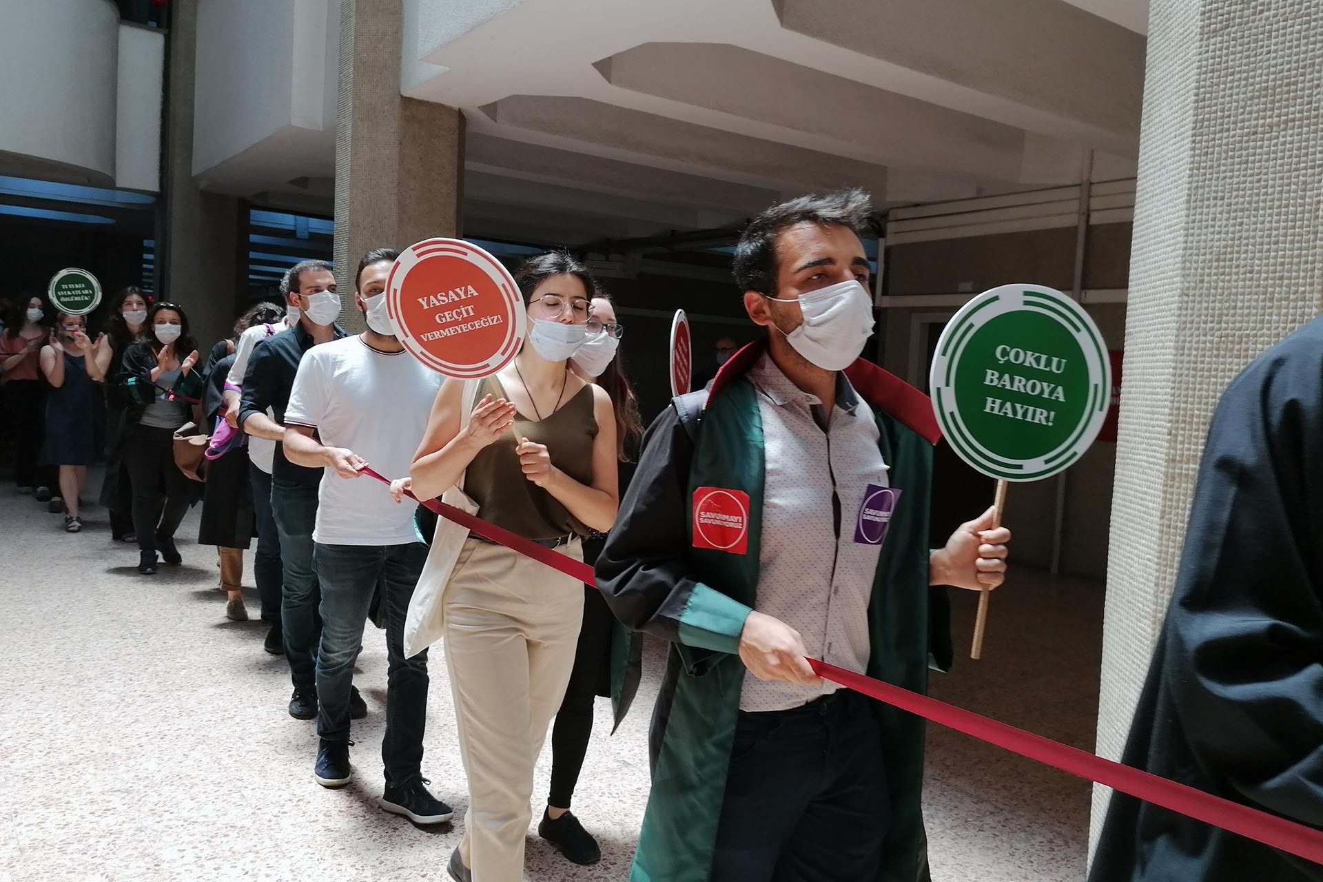 Ankara Adliyesinde eylem yapan avukatlar