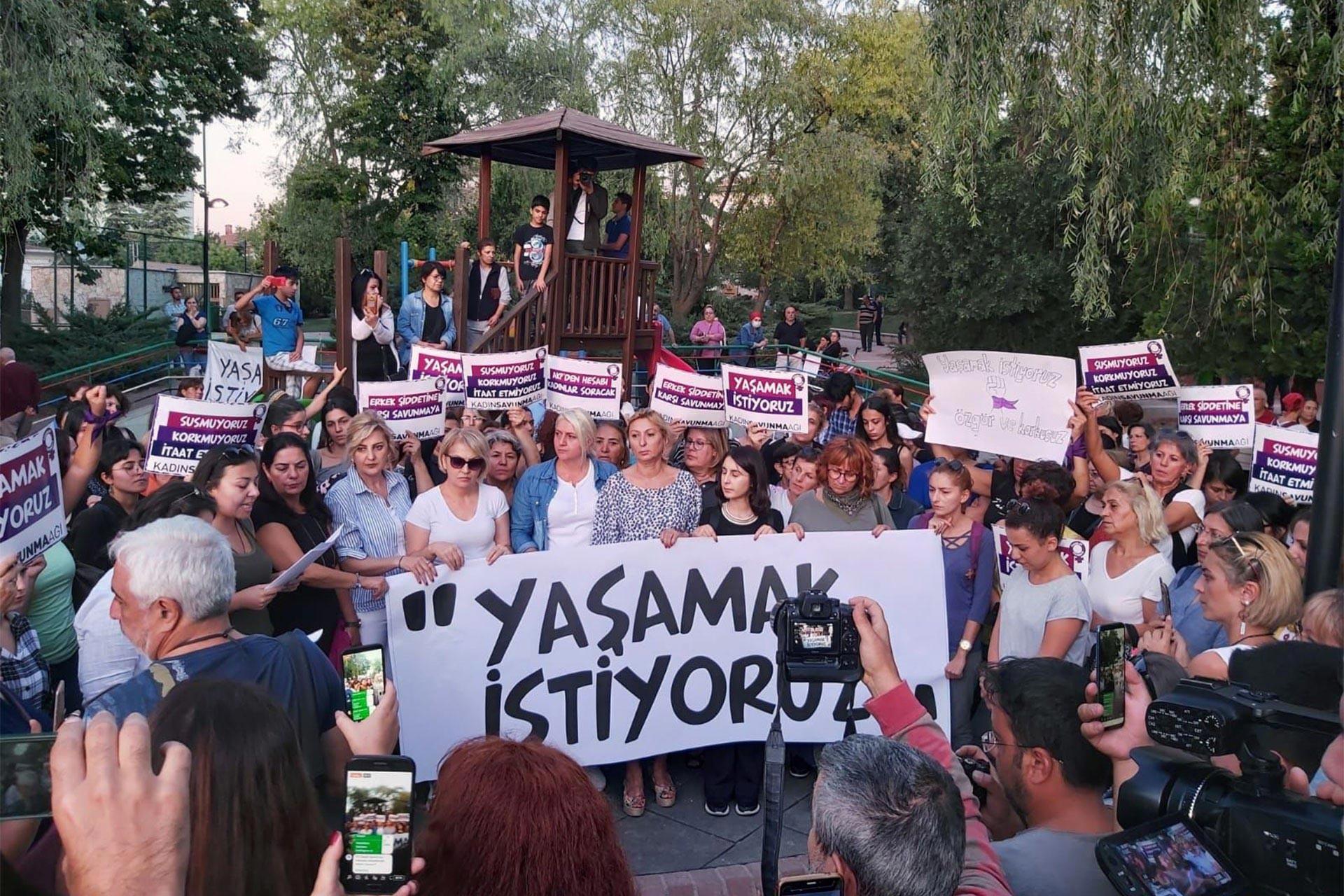 Yaşamak istiyoruz pankartı ve arkasında kadınlar