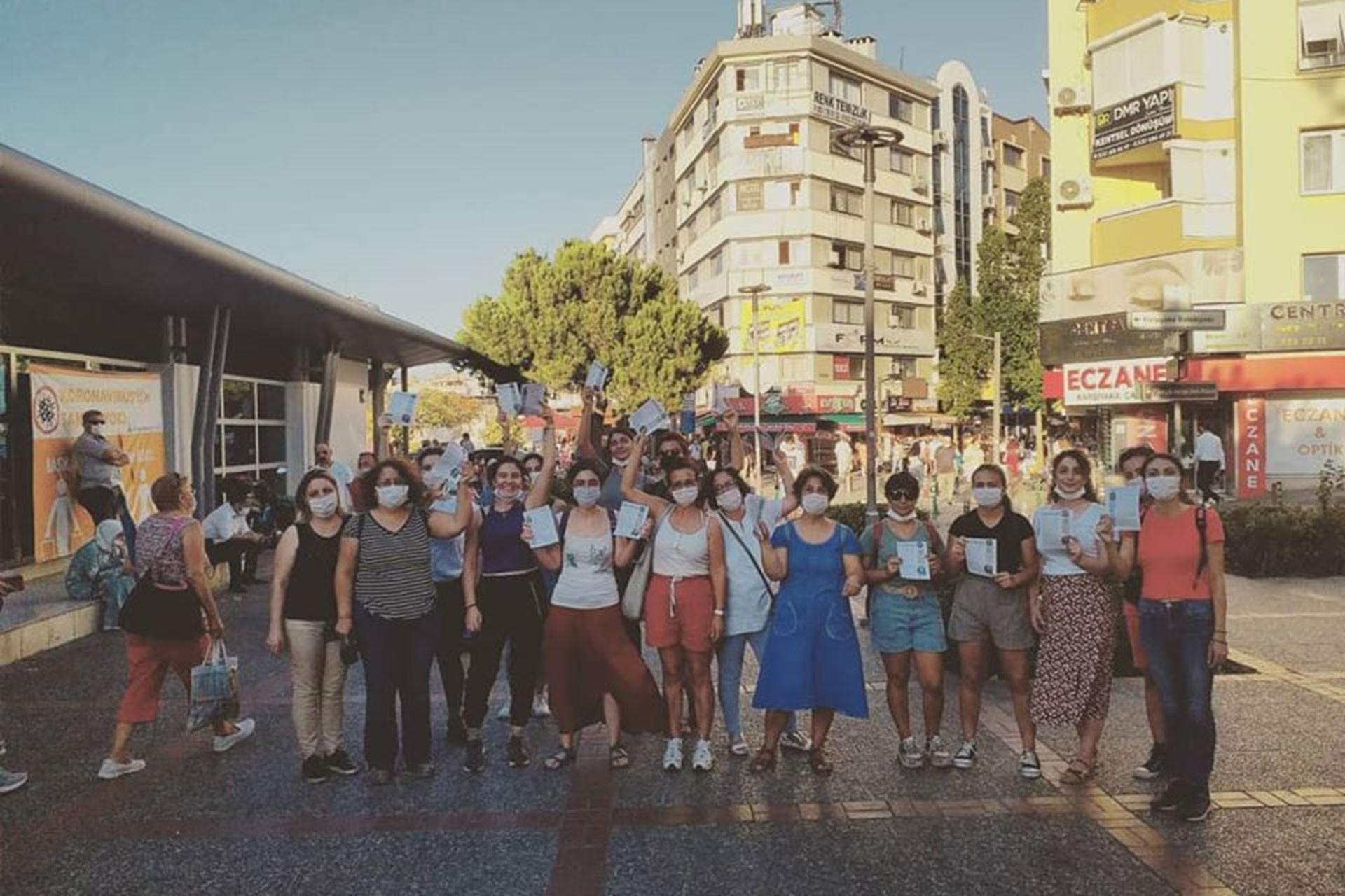 İstanbul Sözleşmesi Kampanyası İzmir Grubu Karşıyaka çarşıda bildiri dağıtırken