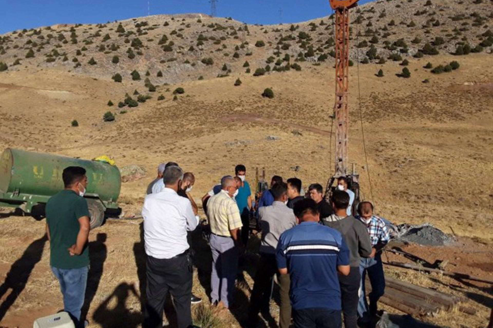 Maden yapılmak istenen alanda insanlar bekliyor.