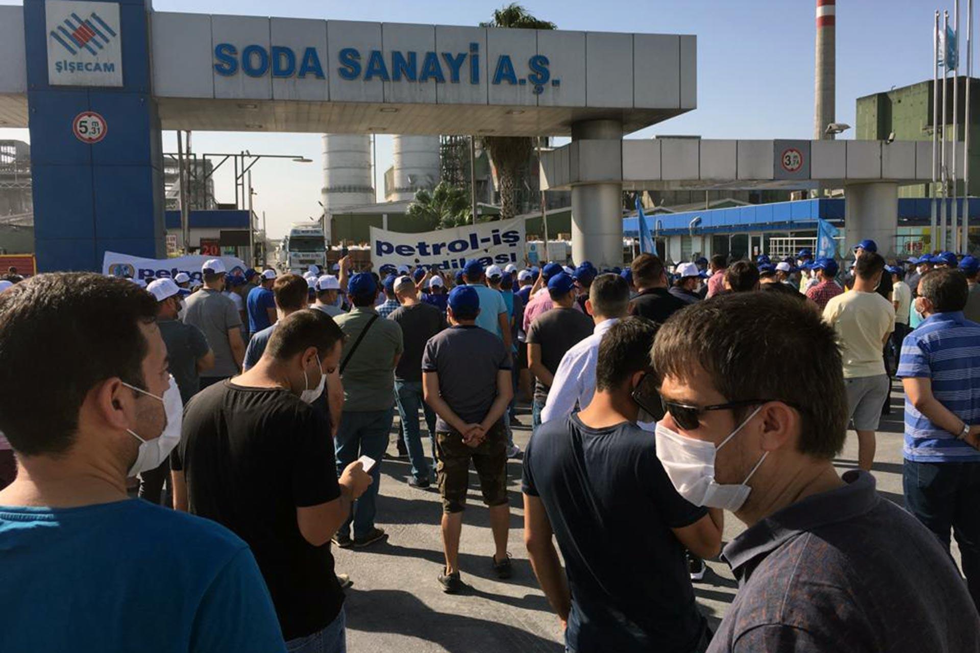 Grevleri yasaklanan Petrol-İş üyesi işçiler