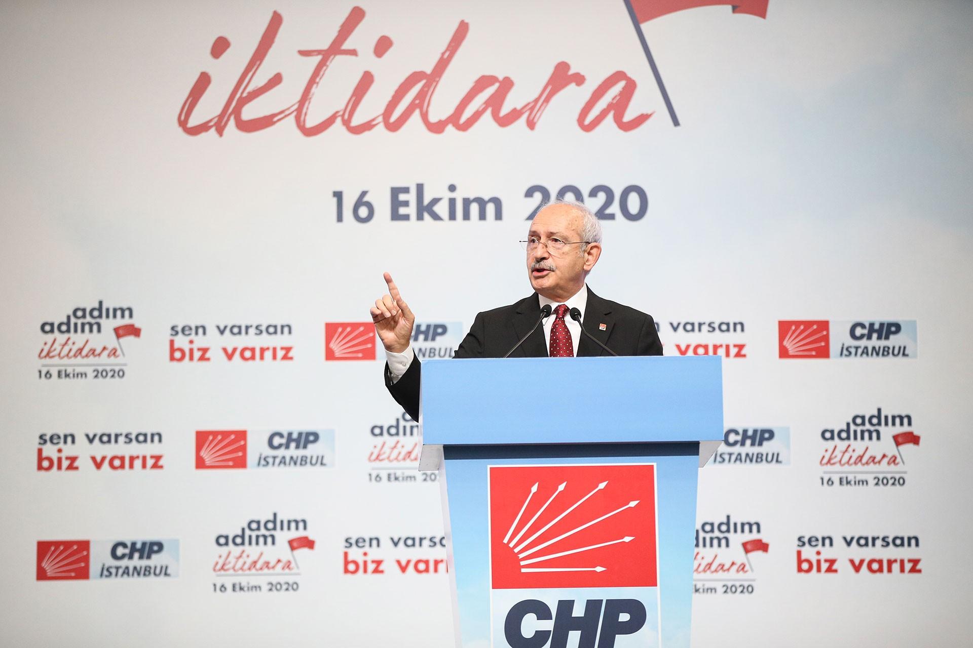 Kılıçdaroğlu kürsüde konuşuyor.