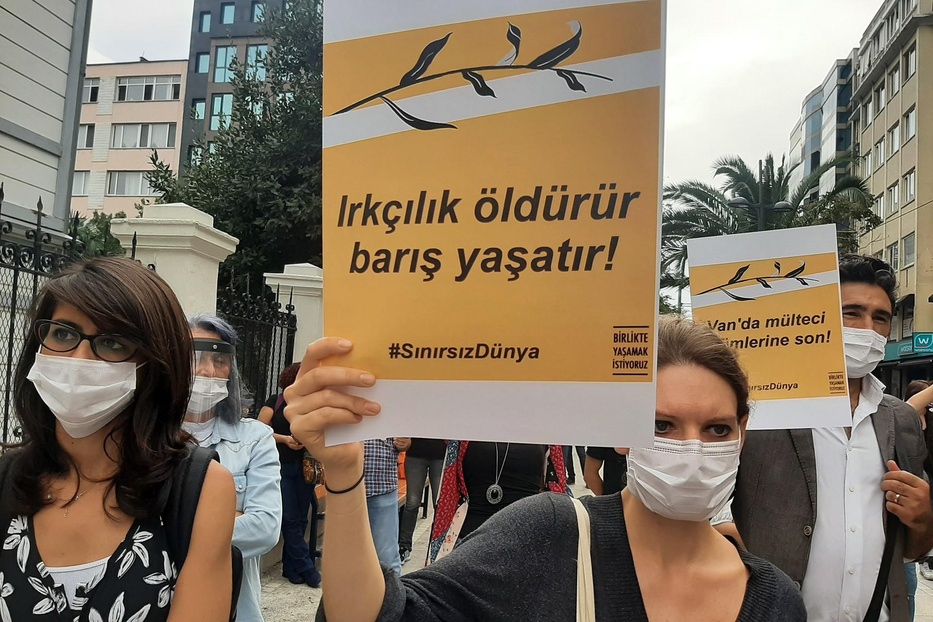 'Göçmenlerin Ulusötesi Mücadele Günü' dolayısıyla Kadıköy Süreyya Operası önünde ırkçılığa ve sömürüye karşı eylem gerçekleştirildi.