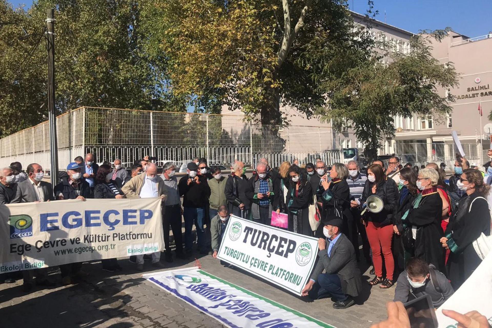 Manisa'nın Salihli ilçesi Hacıbektaşlı mahalleside JES'e karşı topraklarını savunan köylüler hakında açılan davanı ilk duruşması görüldü.