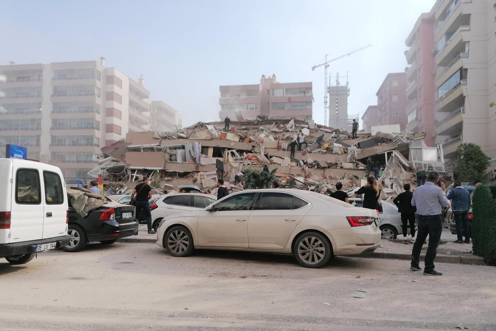 İzmir'de bazı binalar yıkıldı