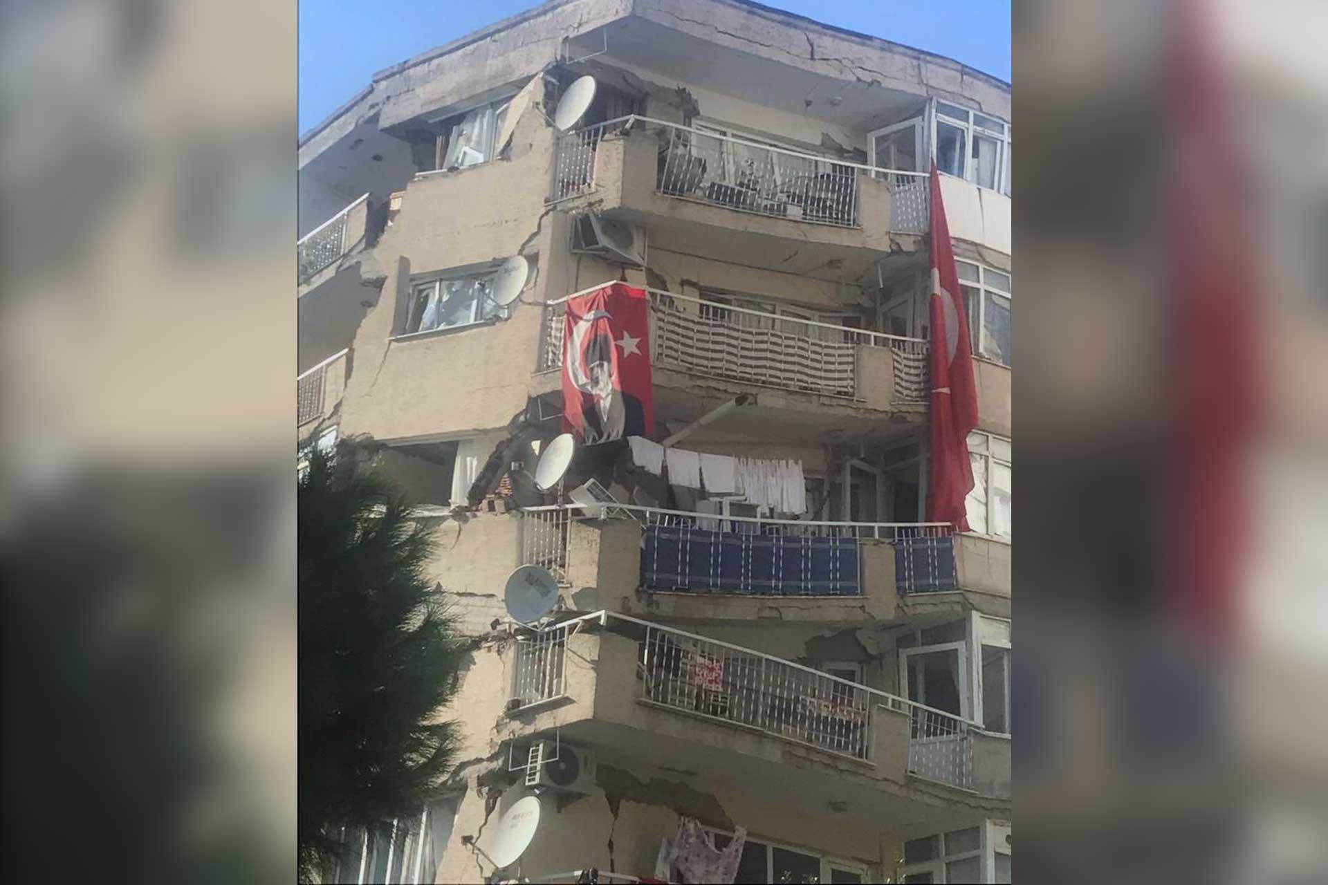 İzmir'deki depremde hasar gören bina