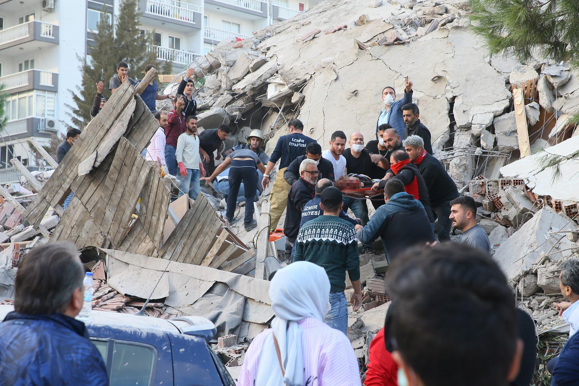 İzmir'de enkazdan yaralılar çıkarılıyor