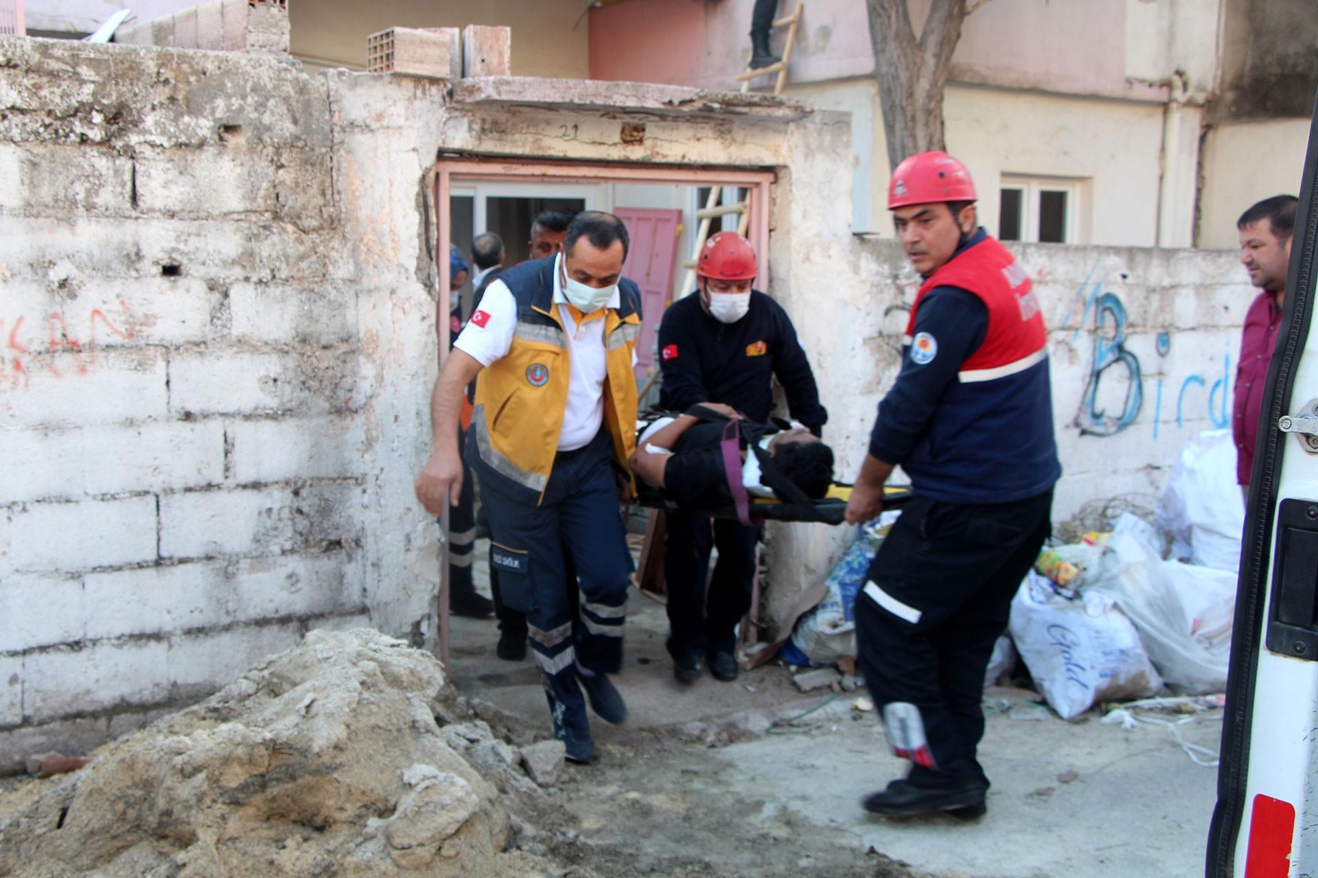 İşçi Muhammed Dudu (sedyede) ambulansa götürülüyor