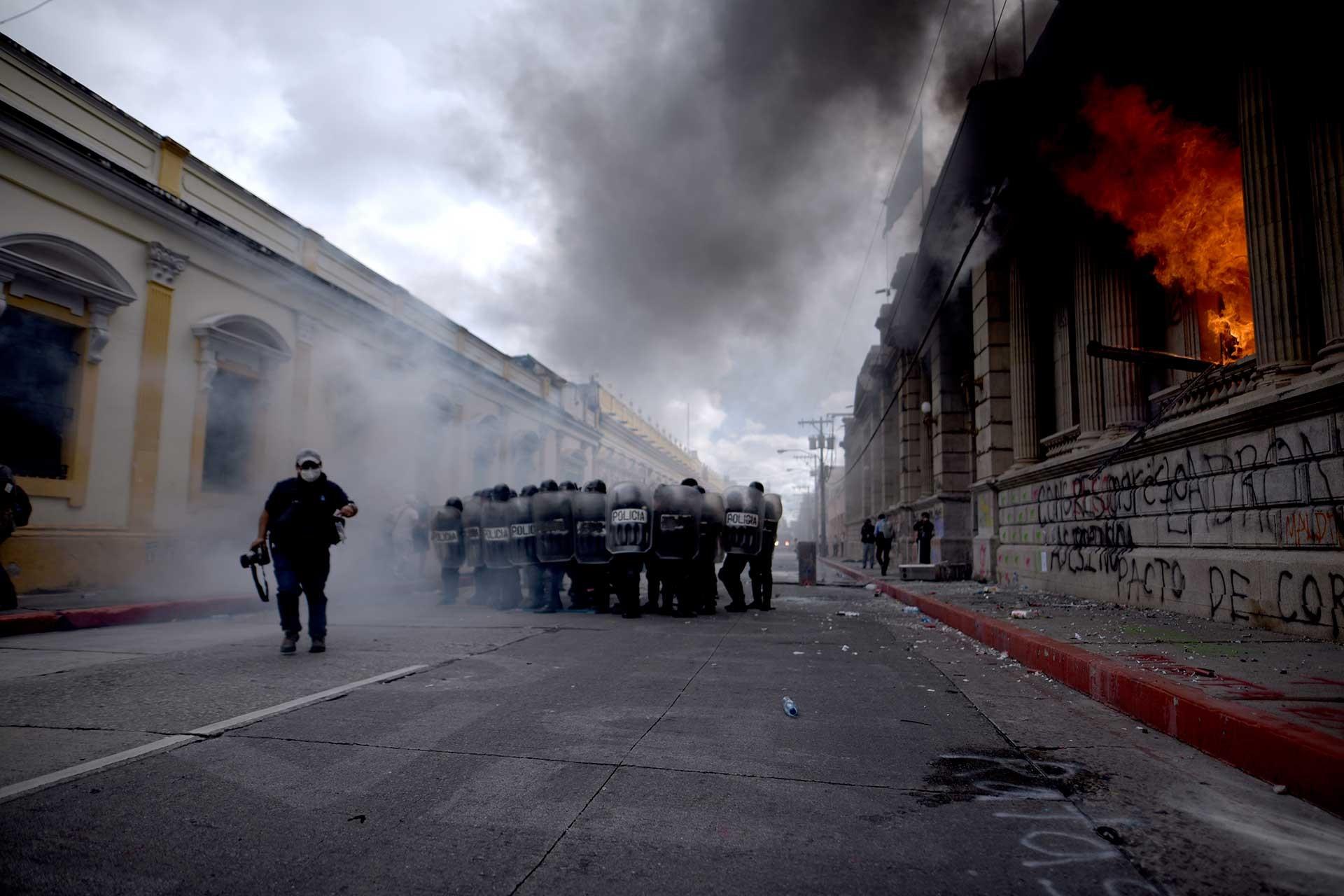 Guatemala'da ateşe verilen kongre binası (sağda)