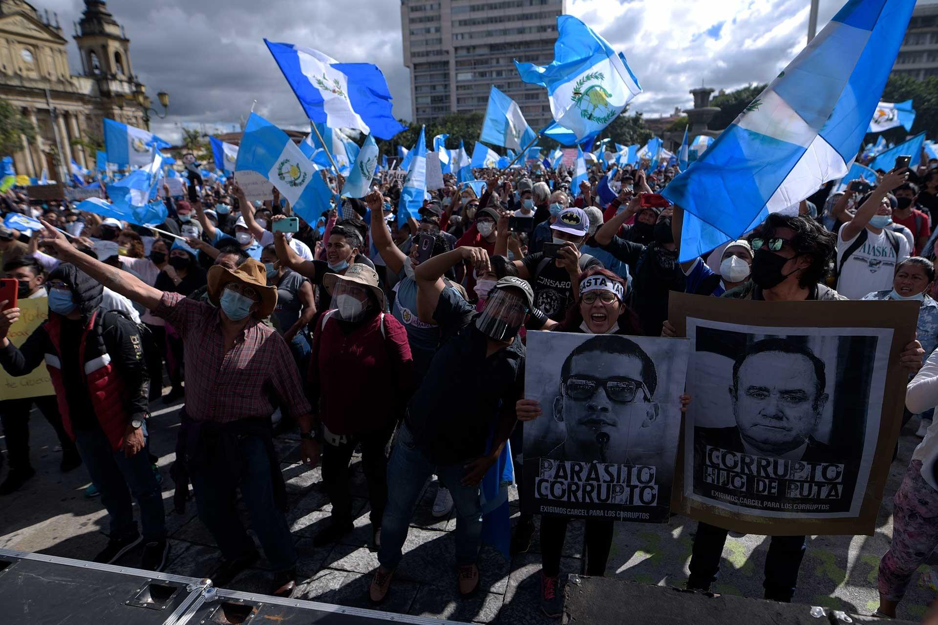 Guatemala'da 2021 bütçesini protesto eden insanlar