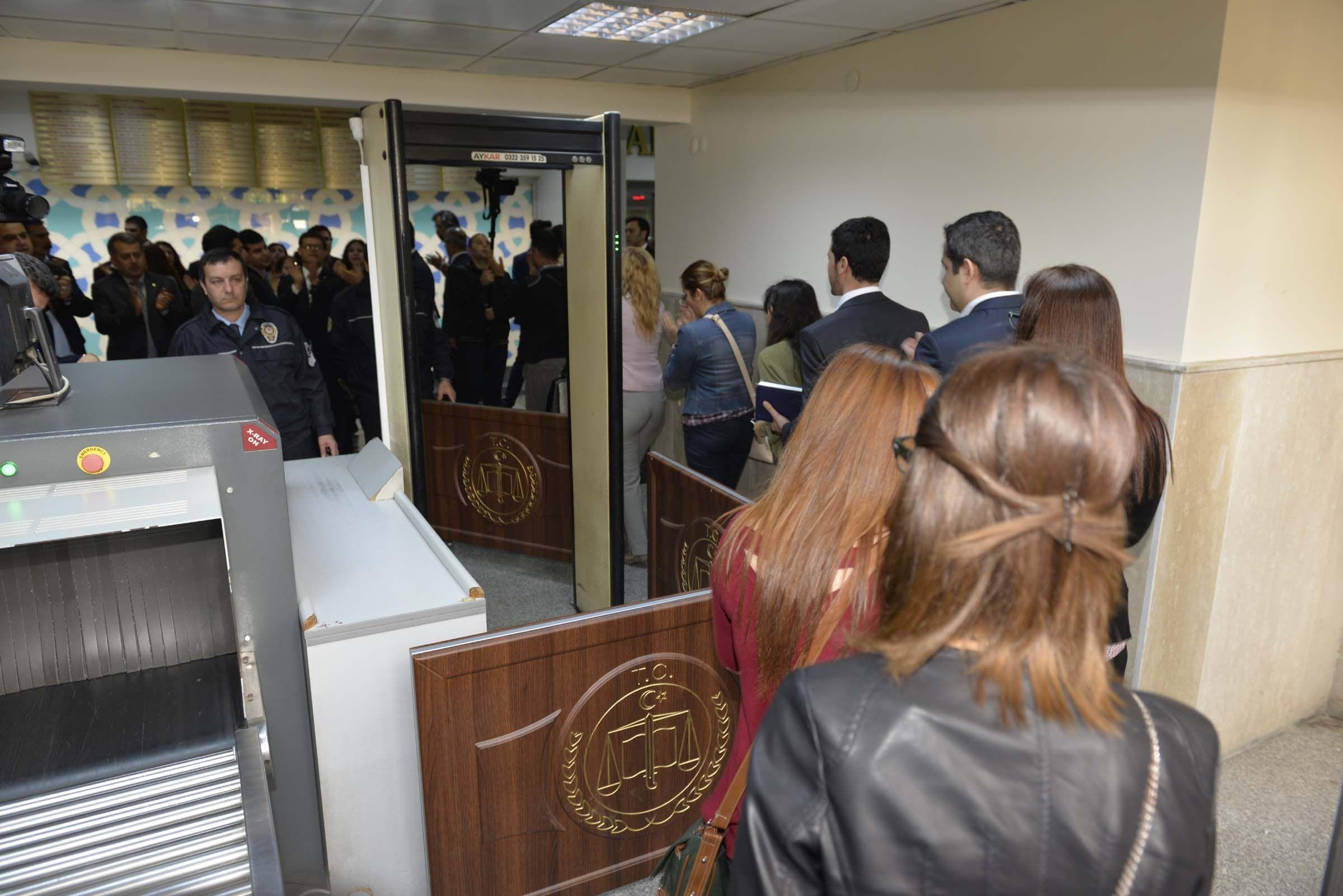 Adana'da avukatlar adliyeye aranmadan girdi