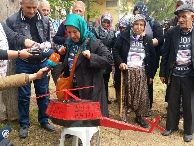 Aileler tutuklu sanıkları maket helikopterle protesto etti