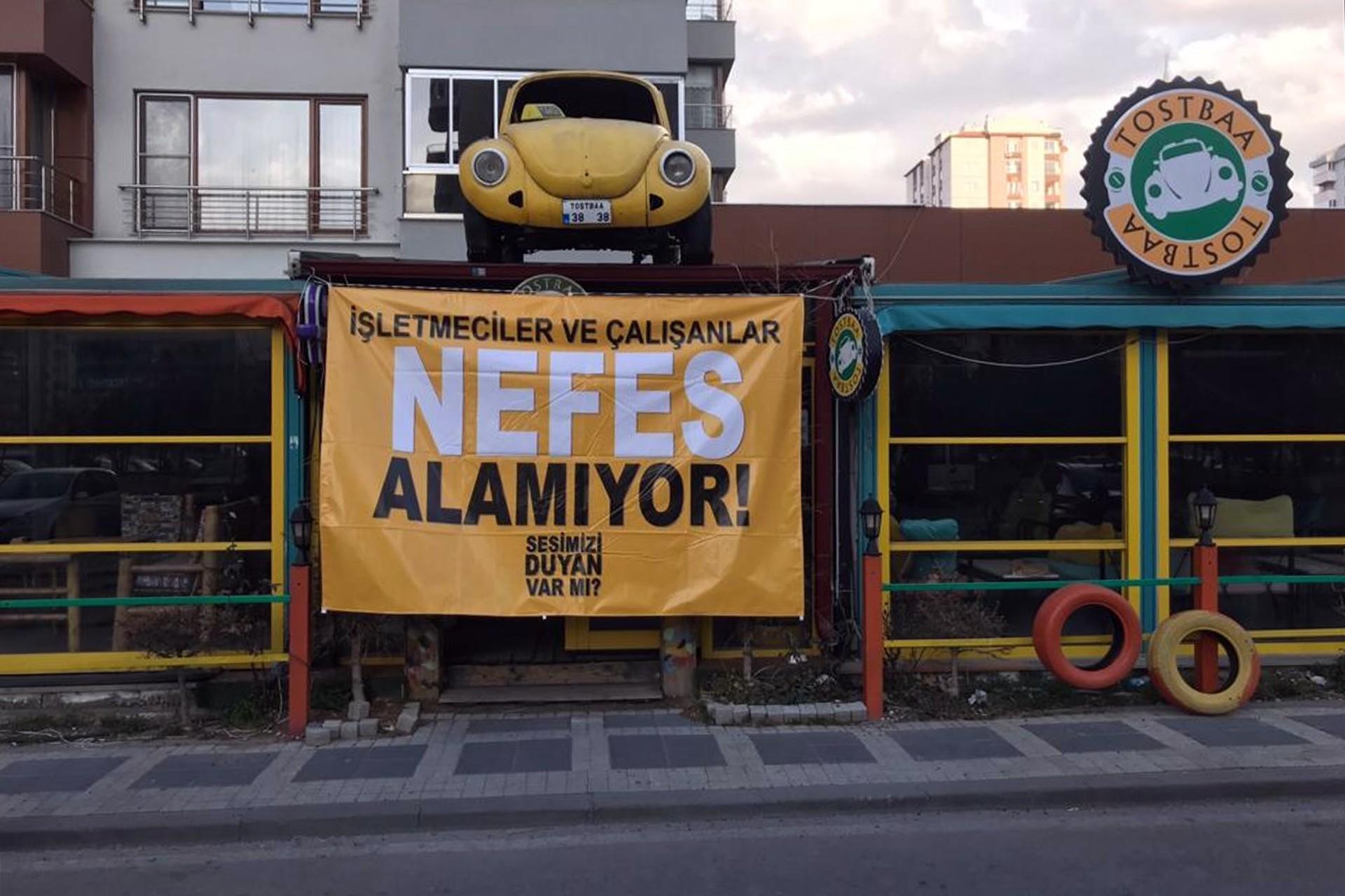 Kayseri'de kafe işletmecileri ve çalışanlar işyerlerine astıkları afişlerle seslerini duyurmaya çalışıyor.