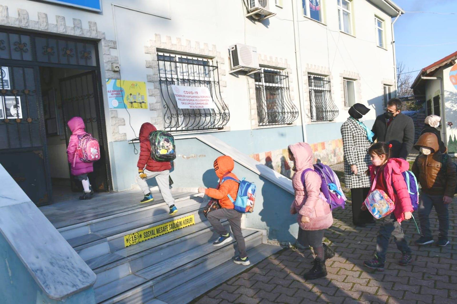 Samsun'da bir köy okuluna giren öğrenciler