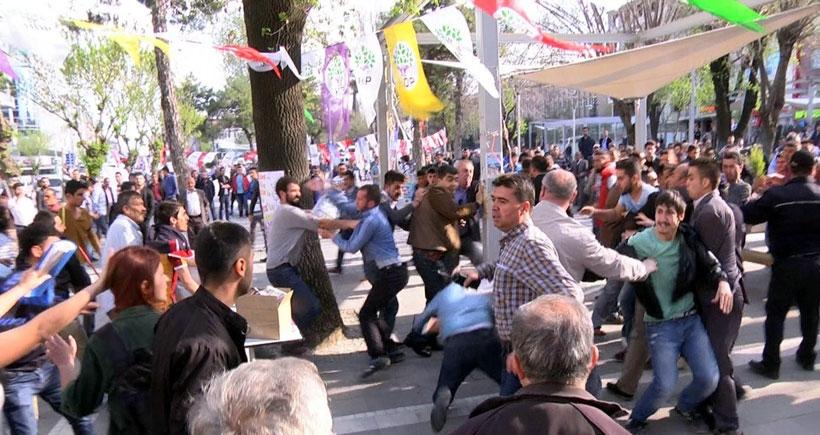 Uşak'ta HDP stantına saldırı