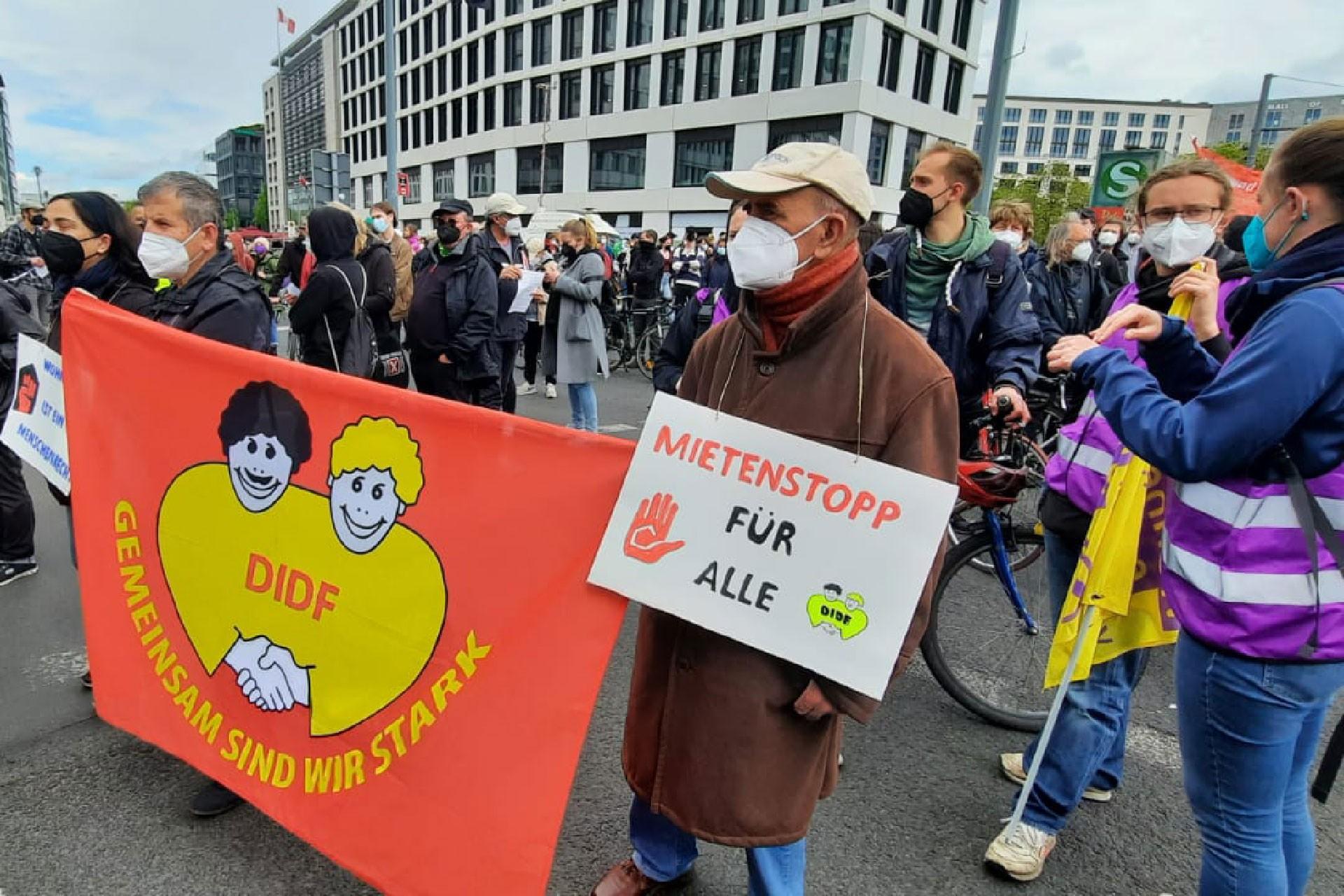Berlin'de binlerce kişi özel konutların kamulaştırılması talebiyle eylem yaptı