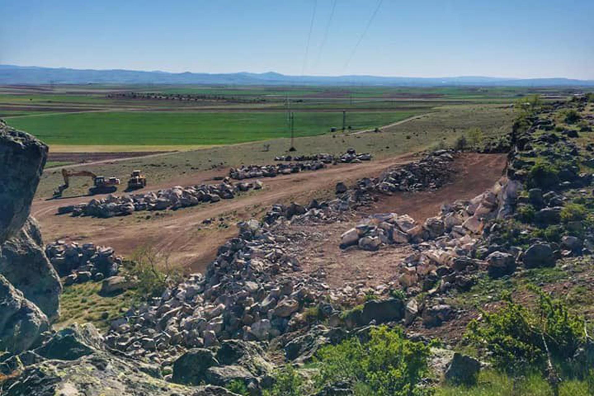 Karaburç'ta taş ocağı izni verilen alanda iş makinelerinin çalıştığı andan bir fotoğraf.