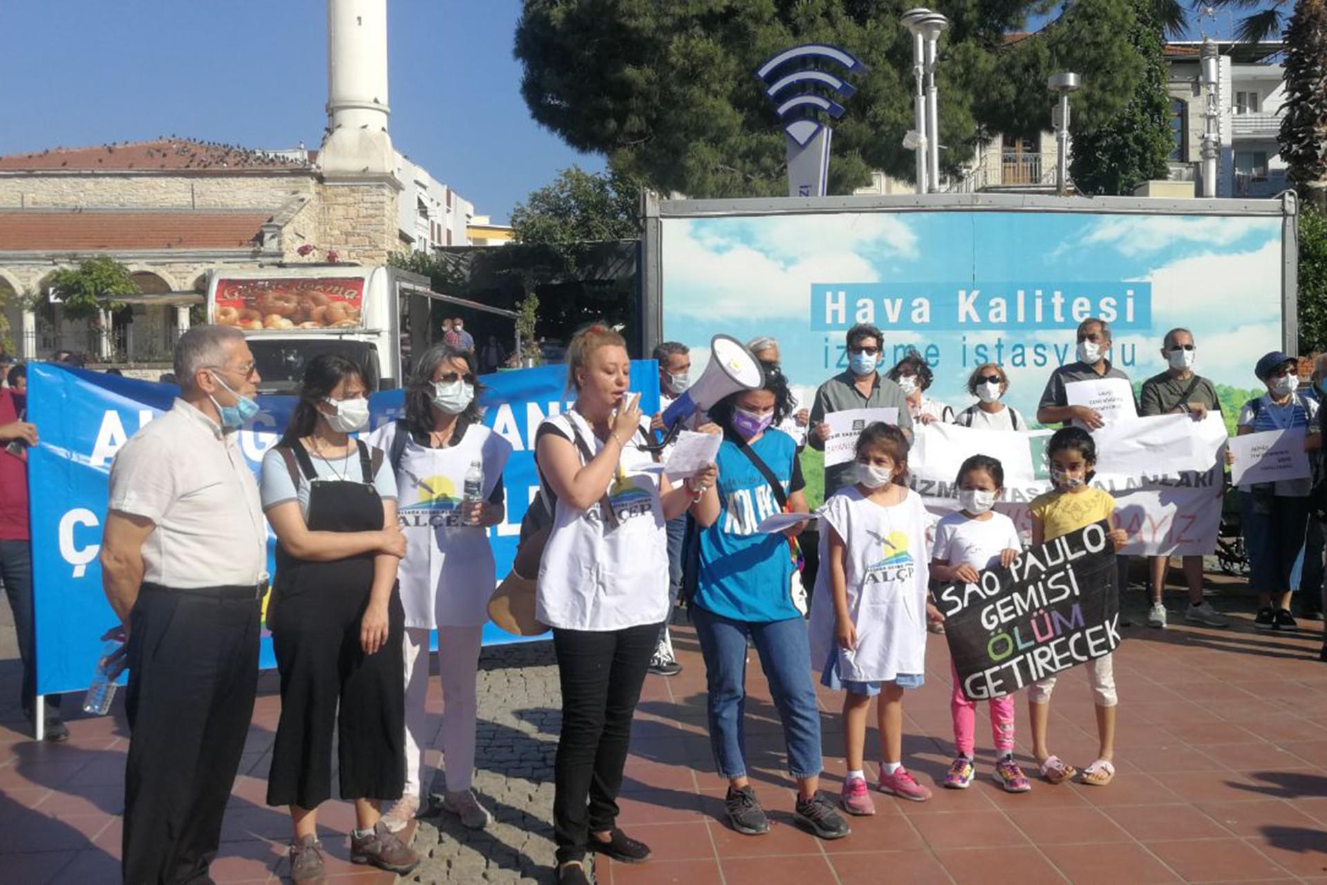 İzmirli Ekolojistler, Aliağa'da bir araya gelerek asbestli gemiyi protesto etti.