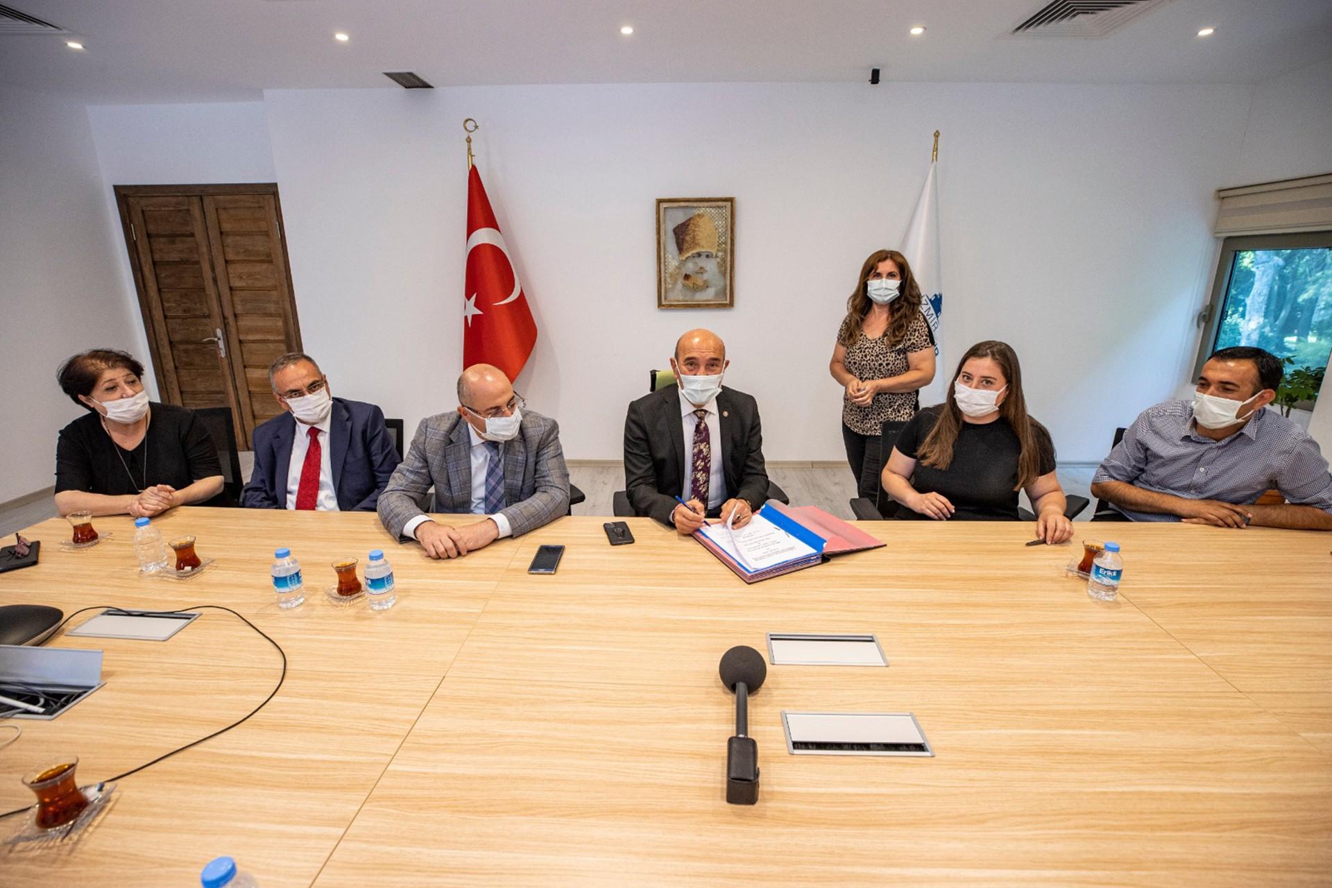 Toplu sözleşmeleri imzalanan İzmir Büyükşehir Belediyesinde çalışan memurlara yüzde 27 oranında zam yapıldı.