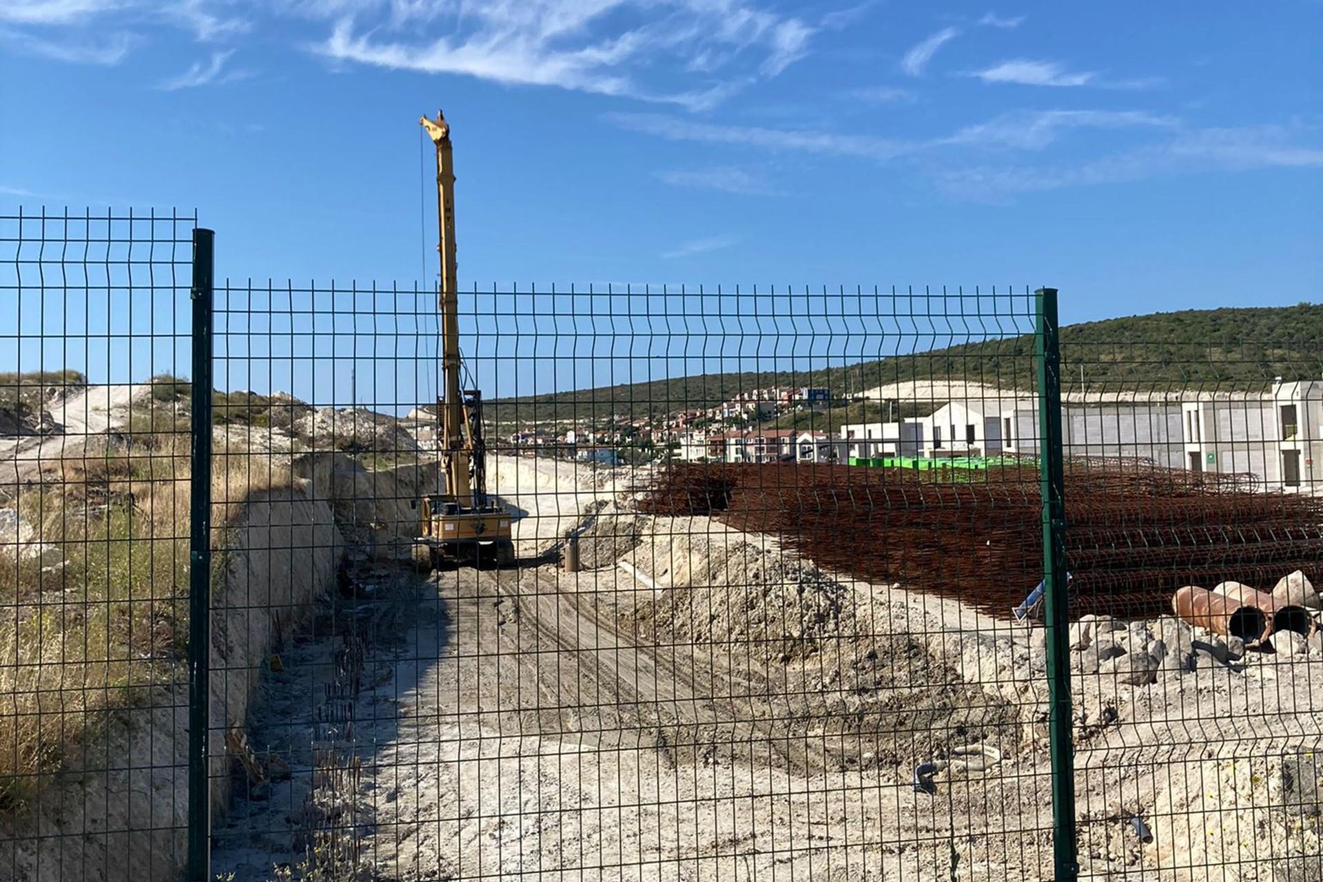 Alaçatı Port mevkii Karşıyaka Azmağı'nda devam inşaat