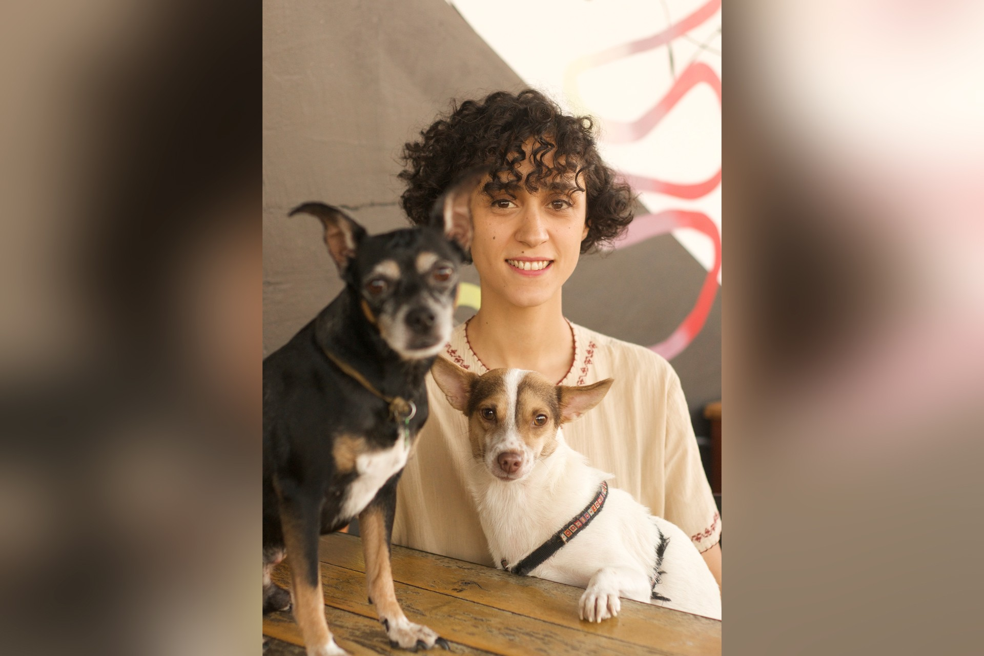 Fatma Biltiken ve iki köpek