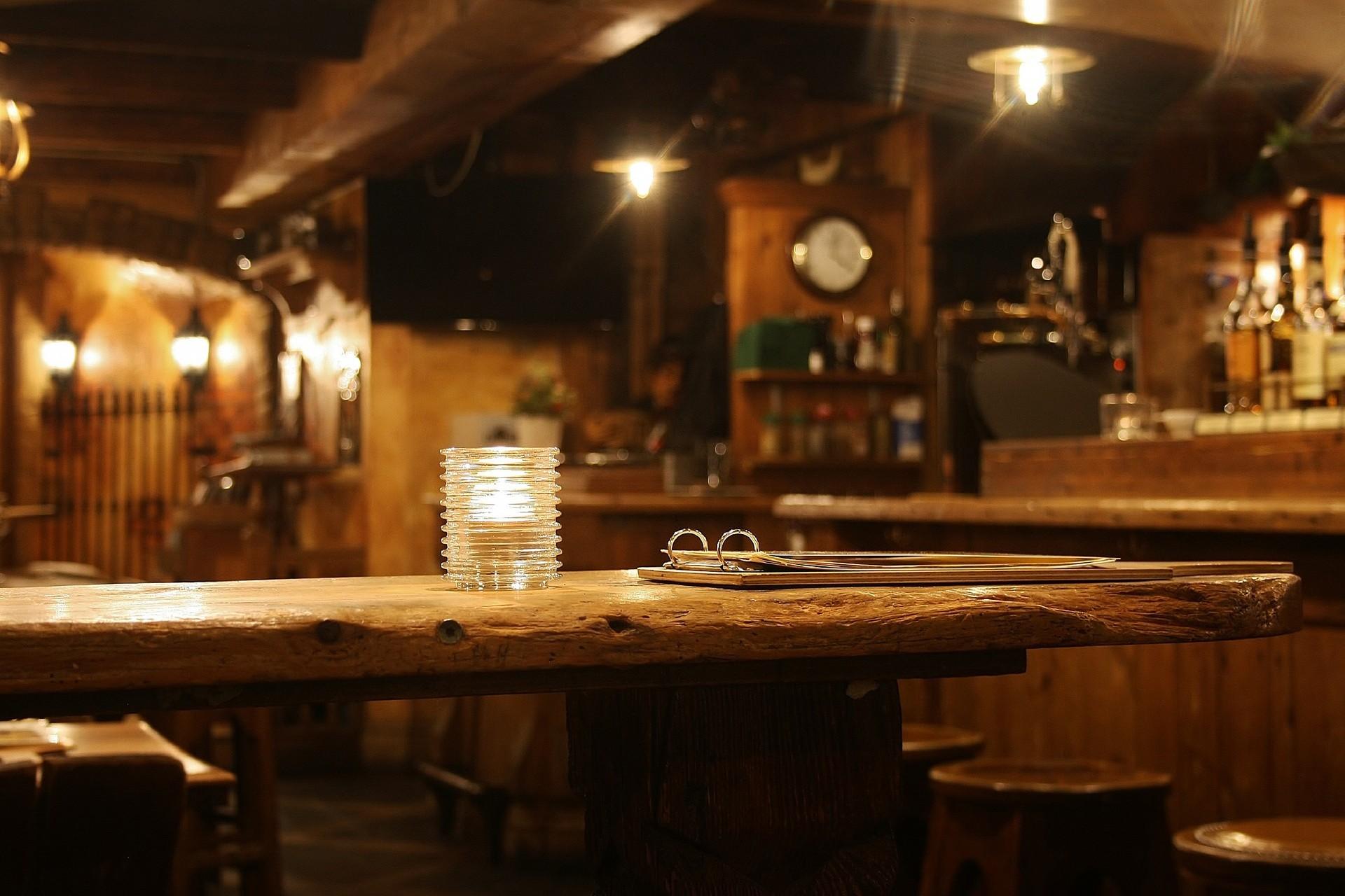 Bir barın iç mekan görüntüsü.