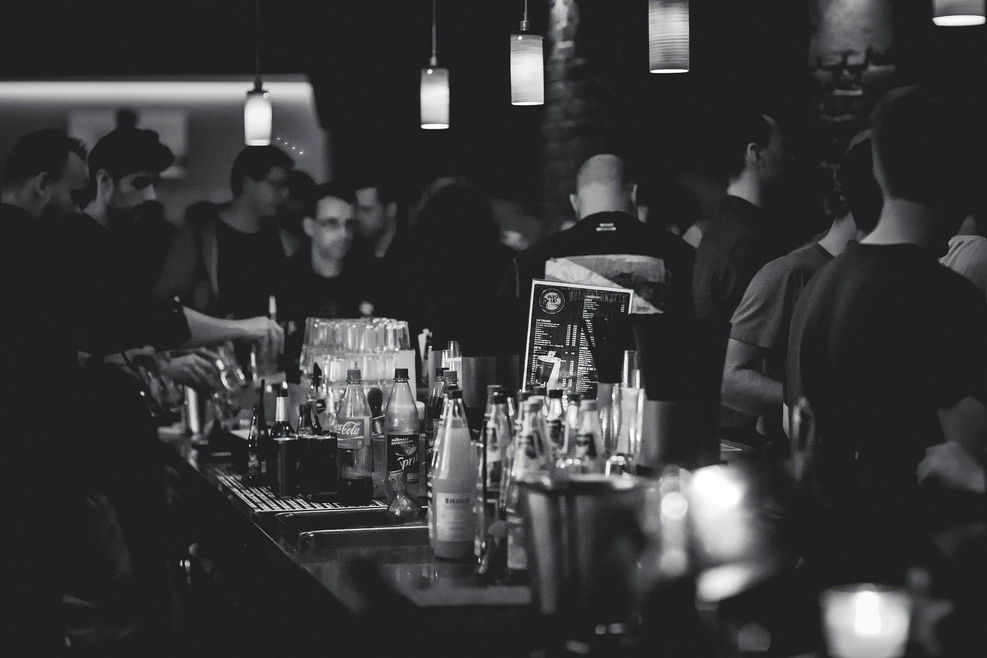 Bir barın iç mekanında çekilmiş fotoğraf.