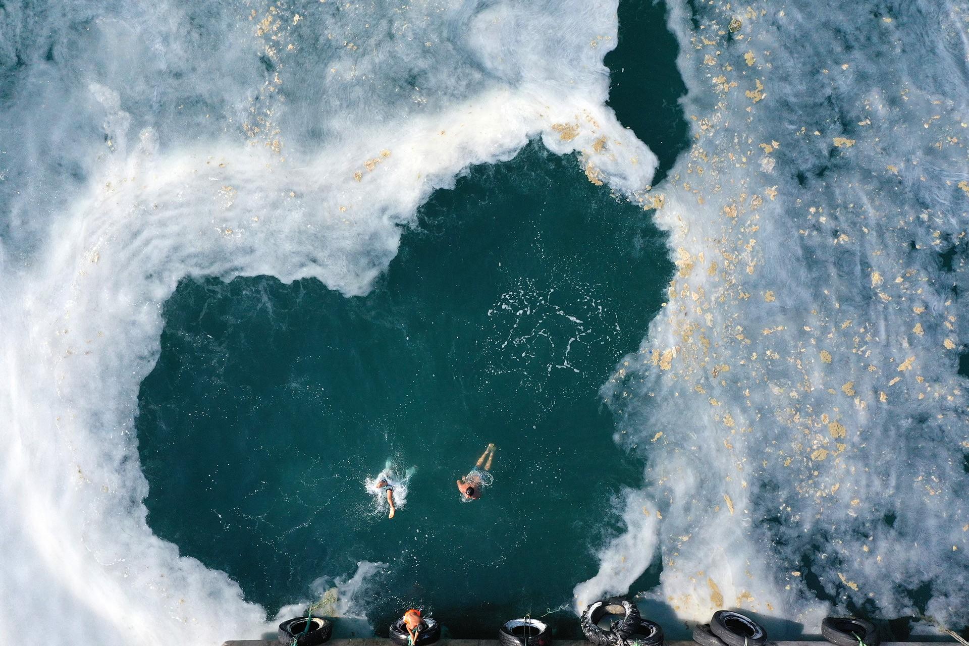 Müsilaj kaplı deniz ve yüzen çocuklar