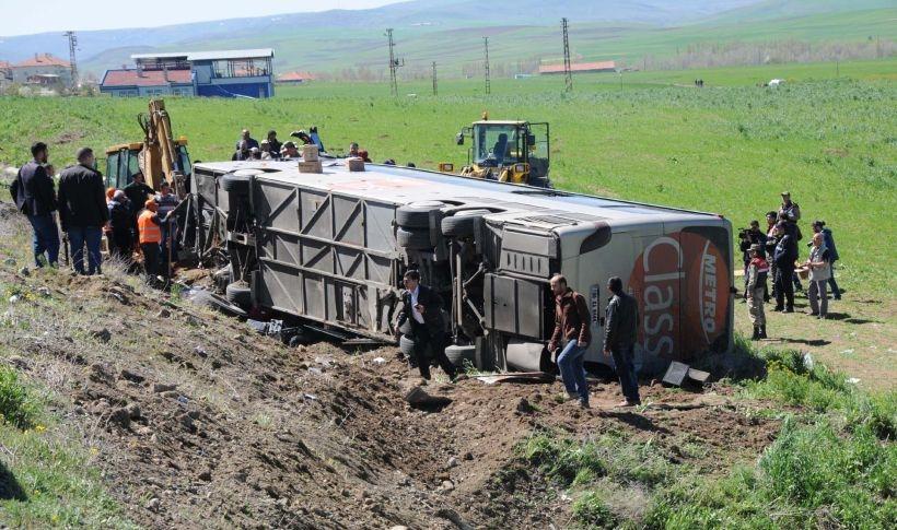 Üniversitelileri taşıyan tur otobüsü devrildi: 57 yaralı