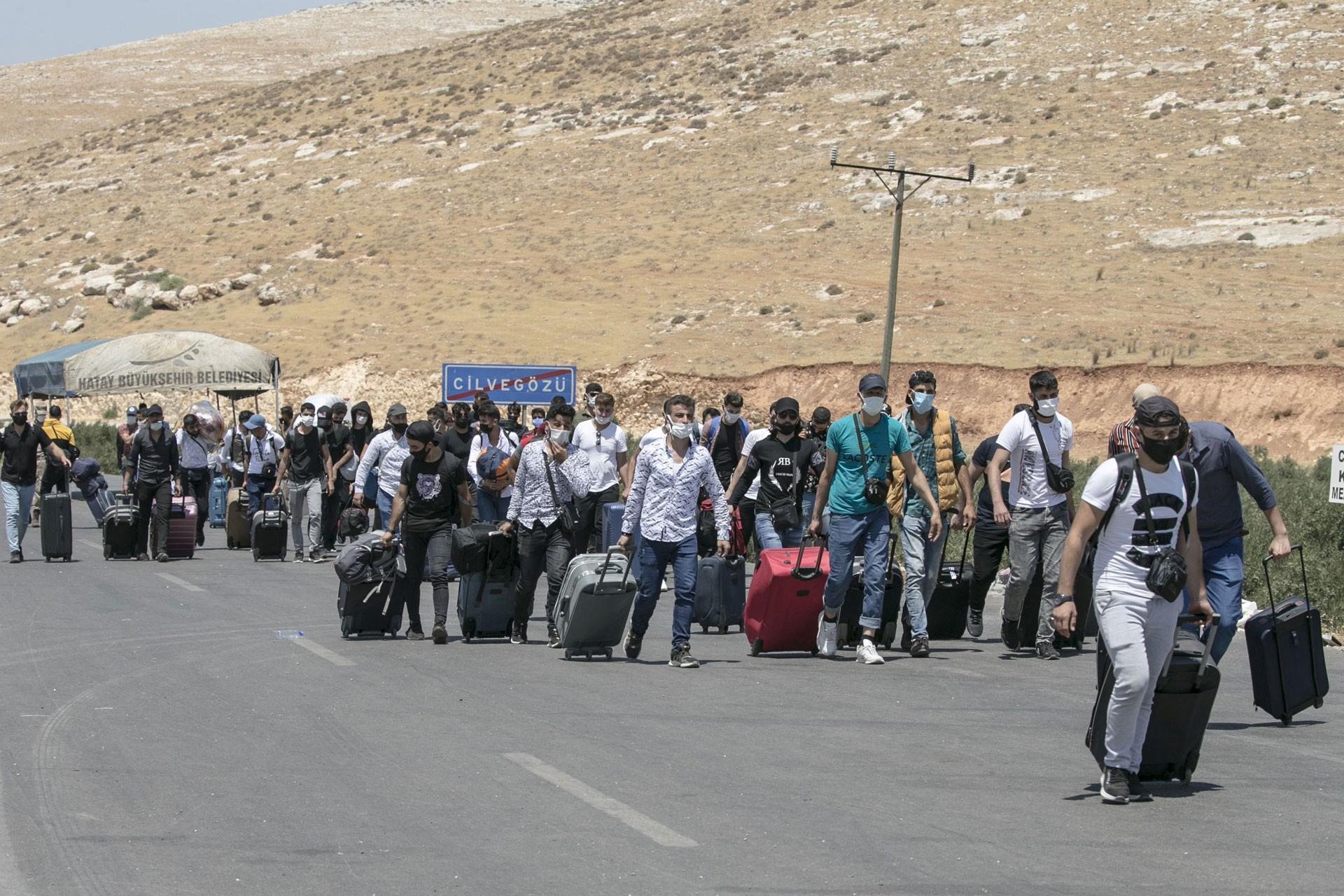 Bayramda Cilvegöz Kapısı'ndan Suriye'ye geçen Suriyeli mülteciler