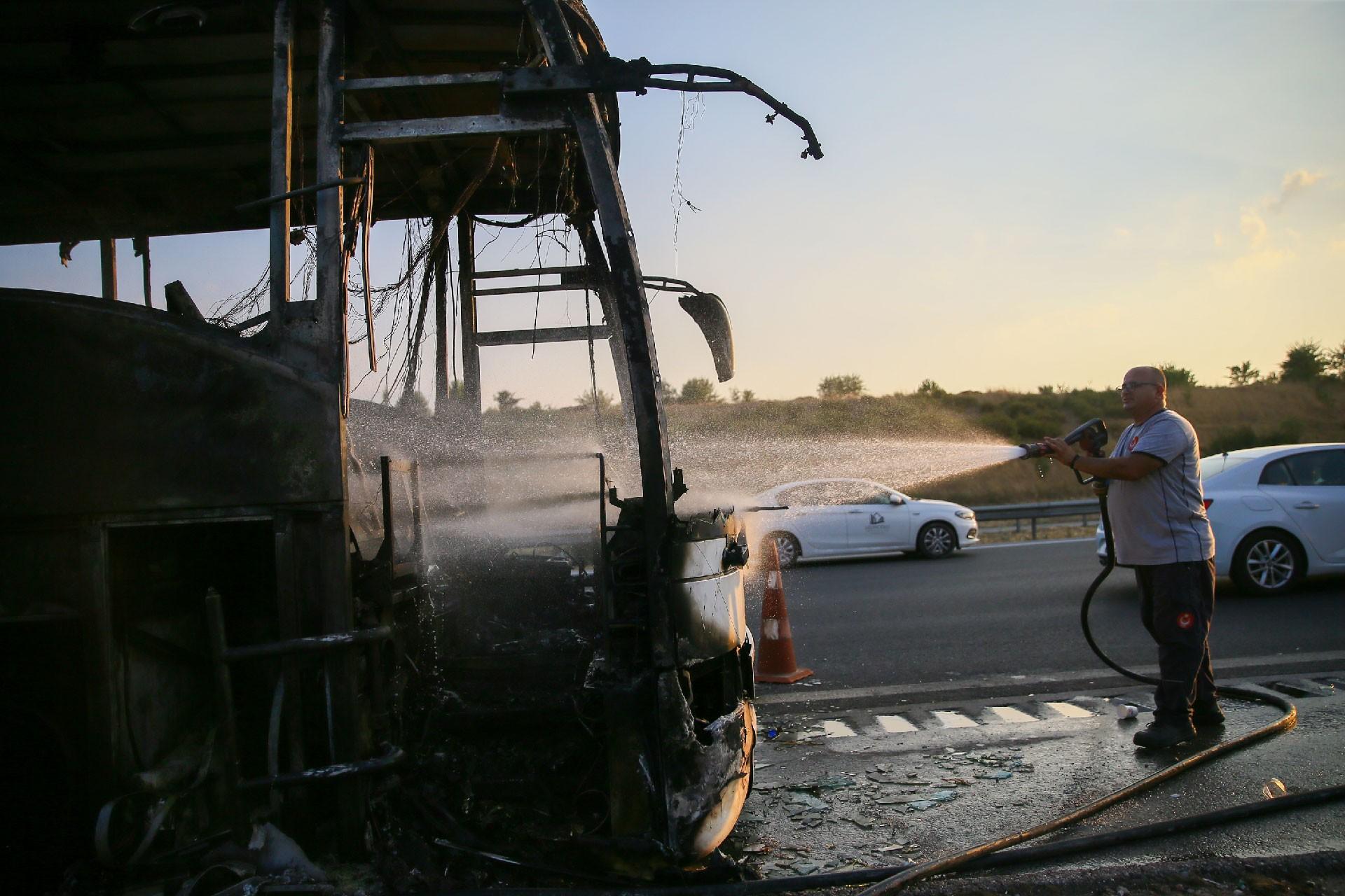 İzmir'de seyir halindeki yolcu otobüsü yandı