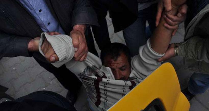 AKP'lileri protesto eden yurttaşa polis dayağı