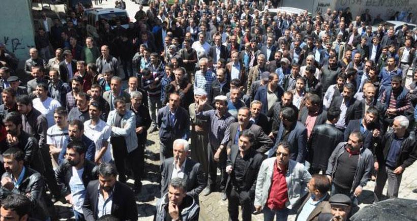 Yüksekova'da halk VEDAŞ'a isyan edip taşladı
