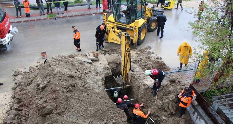 Toprak yığının altında kalan işçi öldü