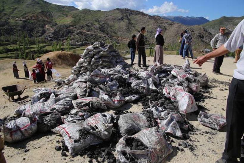 AKP yıllardır yolları yapılmayan köye yaz günü kömür dağıttı
