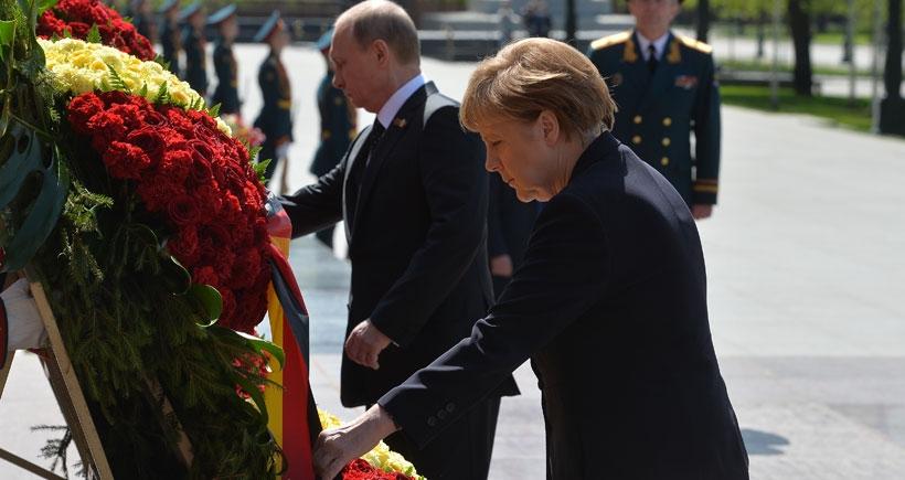 Merkel Moskova'da: Hatalarımız milyonların ölümüne neden oldu